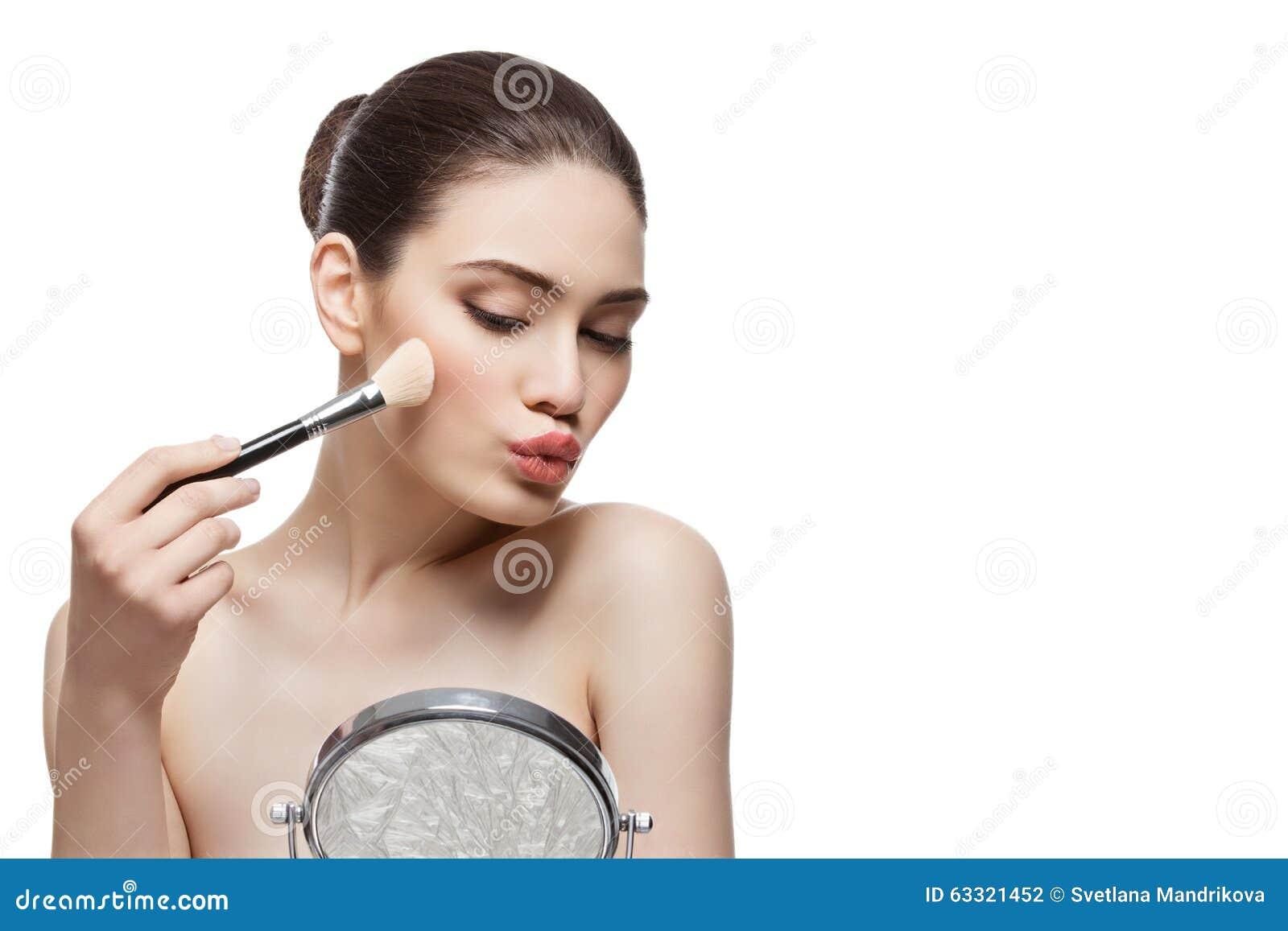 Het mooie meisje van toepassing zijn bloost met borstel