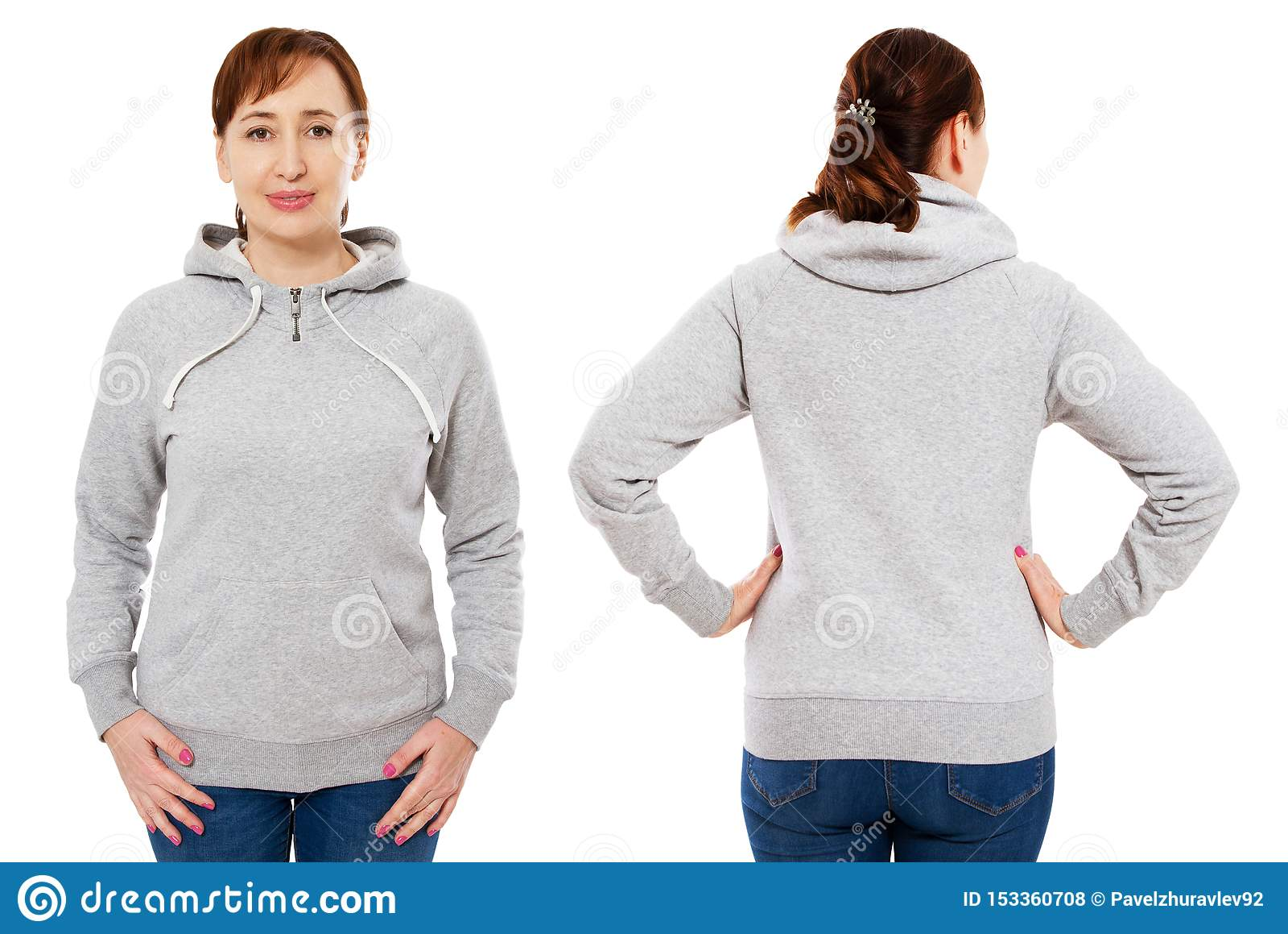 Het mooie middenleeftijdsvrouw stellen in lege grijze die hoodiespot omhoog over witte achtergrond wordt geïsoleerd