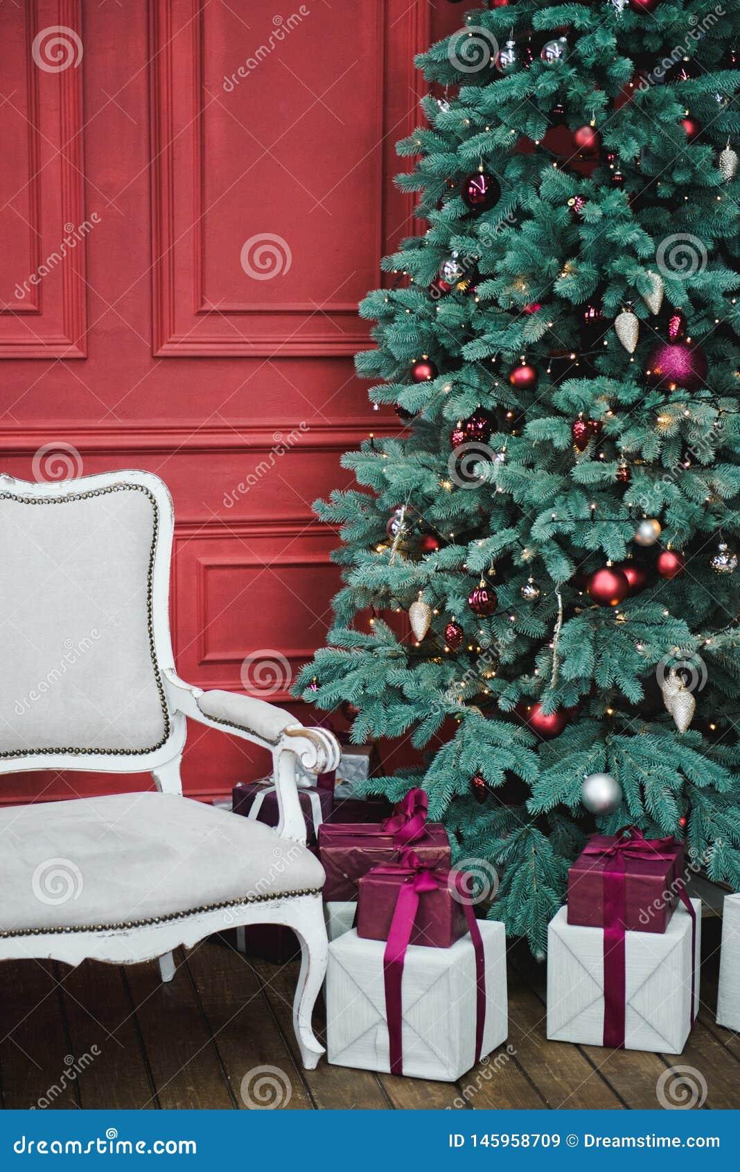 Het mooie Nieuwjaar verfraaide klassiek huisbinnenland De achtergrond van de winter Woonkamer met een Kerstmisdecor De achtergron