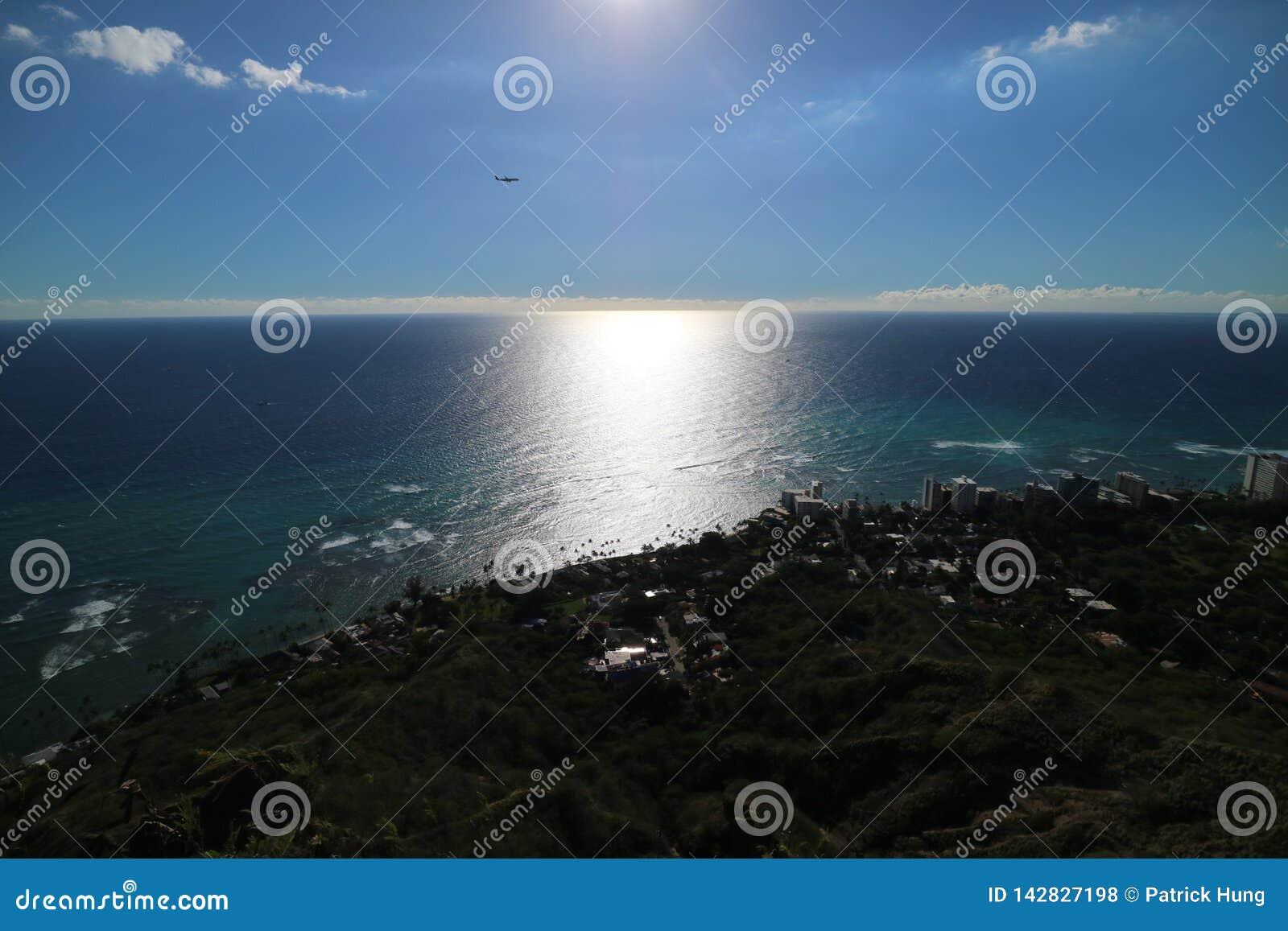 Het mooie Overzeese bekijken dichtbij zonsondergang in Hawaï