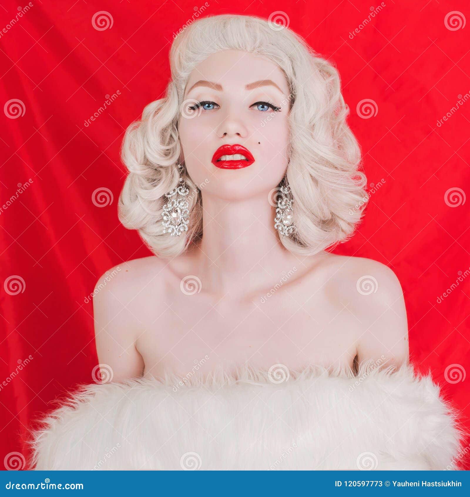 8d3c21c634af14 Het mooie portret van de blonde sexy vrouw met moedervlek op gezicht in  witte bontjas op rode achtergrond Jong bleek meisje met blondehaar Mooie  vrouw met ...