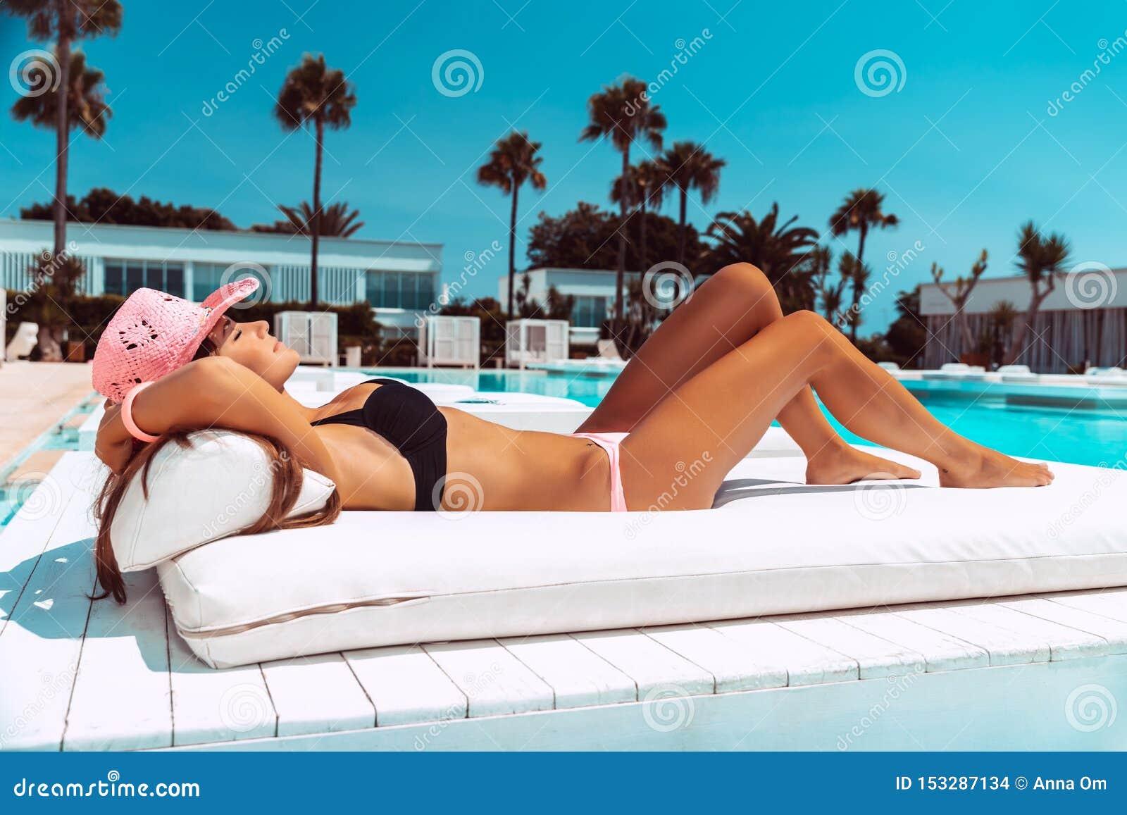 Het mooie vrouw looien op de pool