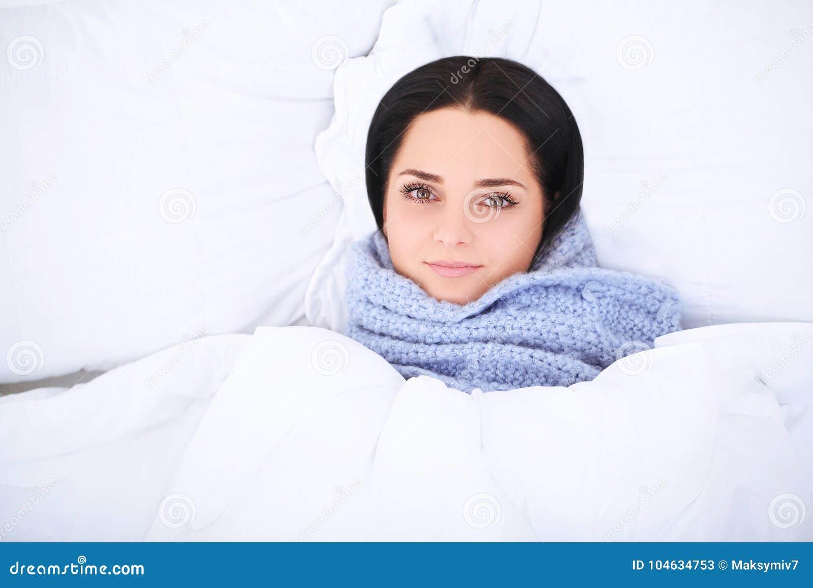 Download Het Mooie Vrouwen Liggen En Slaap Op Het Sneeuwbed Stock Afbeelding - Afbeelding bestaande uit nacht, kaukasisch: 104634753