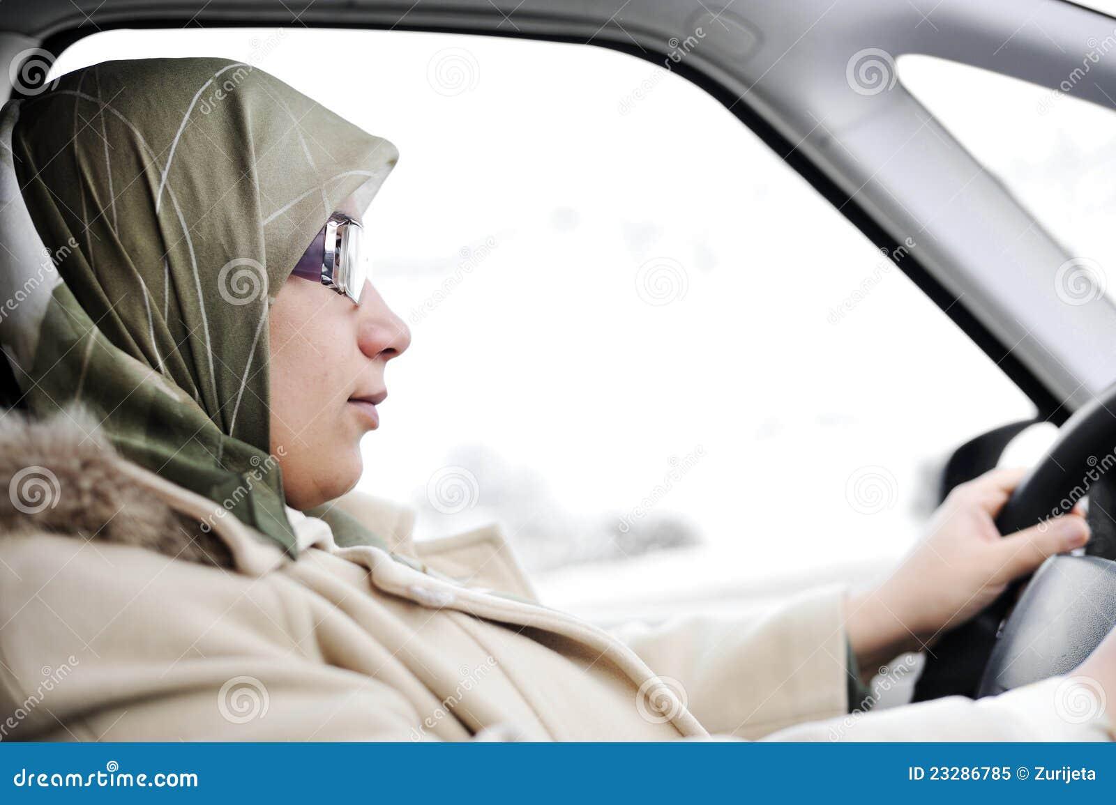 Het moslim Arabische vrouw drijven