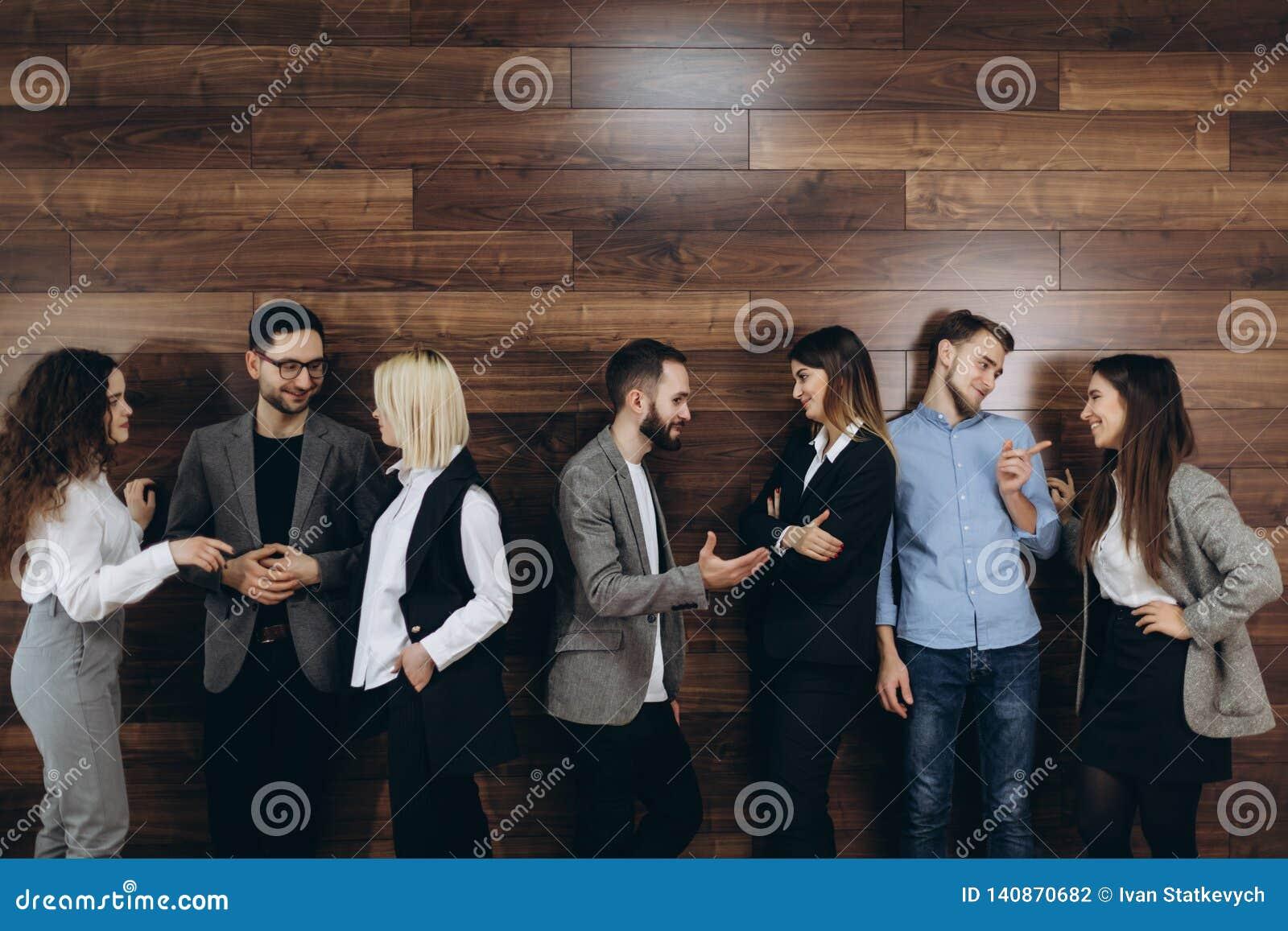 Het multi-etnische millennial mensen houden telefoneert en hervat het voorbereidingen treffen voor baangesprek, wachten de divers