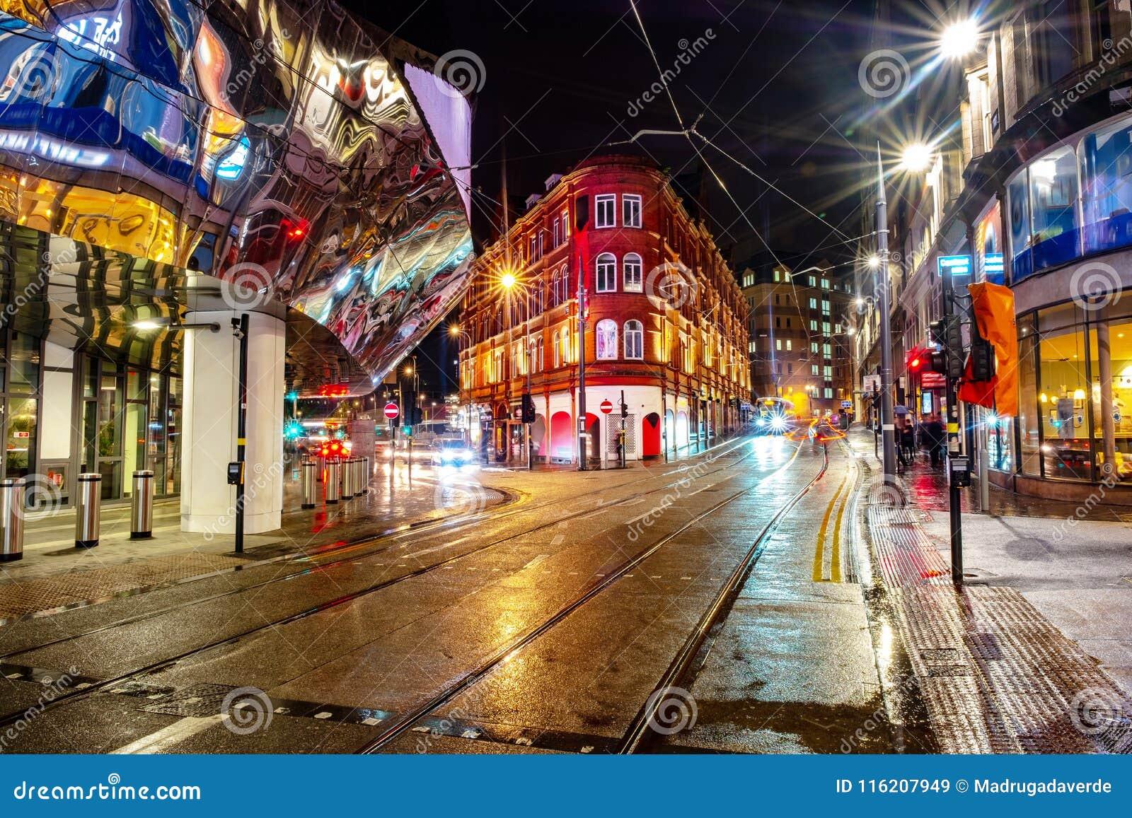 Het nachtleven in het centrum van Birmingham, het UK Donkere zwarte hemel