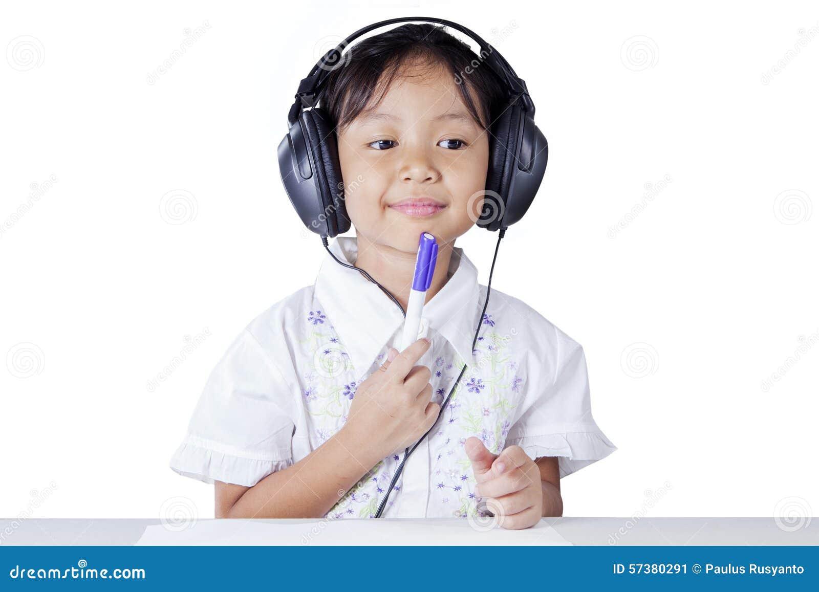 Het nadenkende student bestuderen langs luistert
