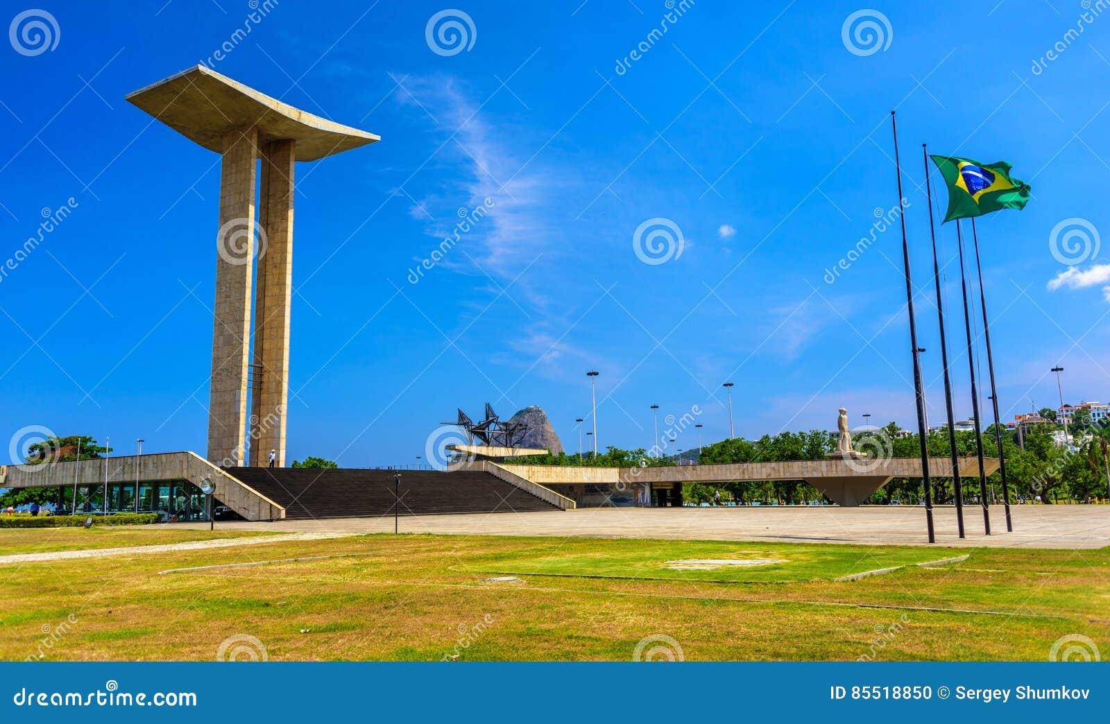 Het Nationale Monument aan de Doden van de Tweede Wereldoorlog in Flamengo-Park met Sugarloaf-Berg op de achtergrond