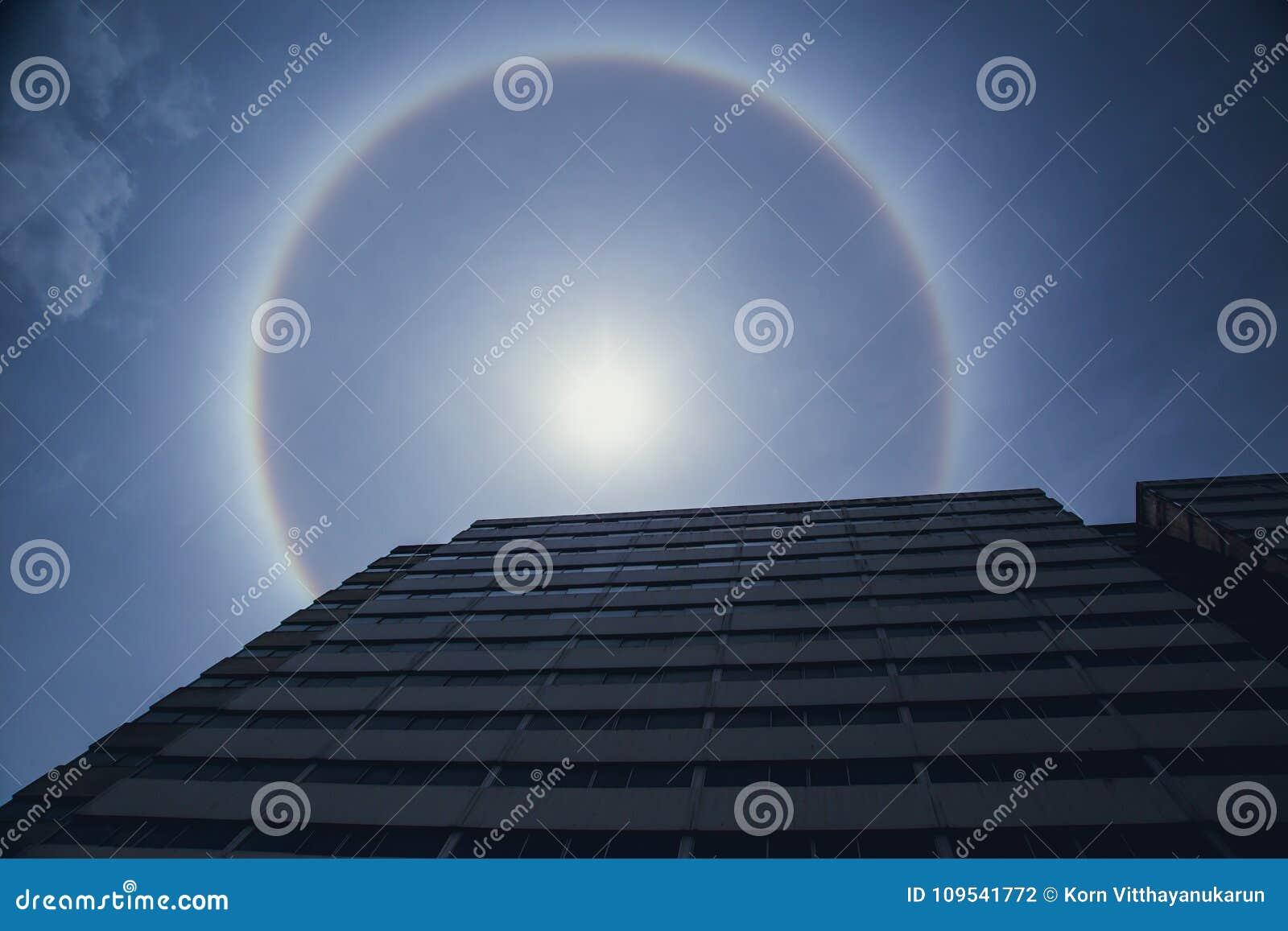 Het Natuurlijke optische fenomeen van de zonhalo
