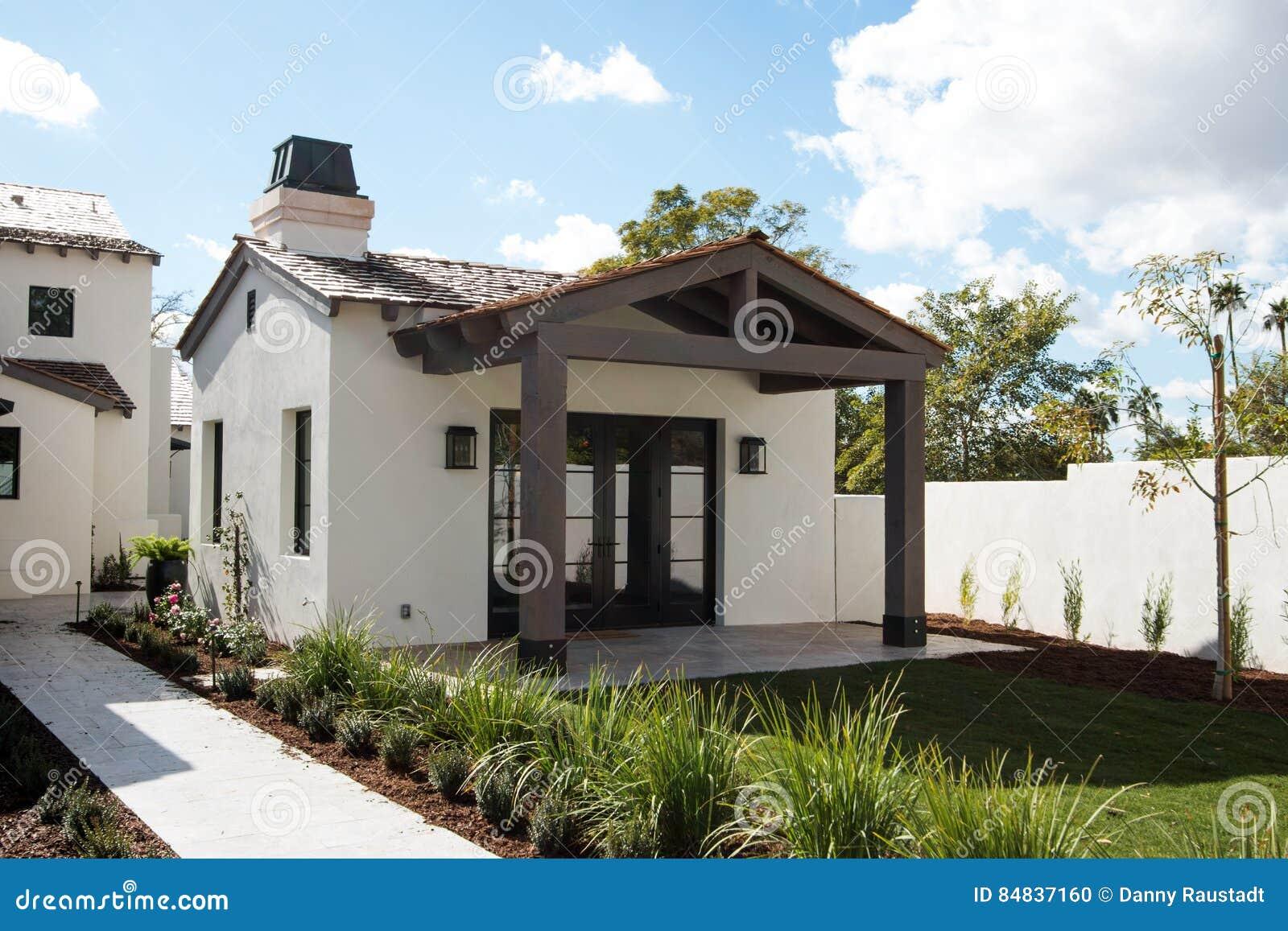 Het nieuwe moderne huis van de huisgast stock foto afbeelding