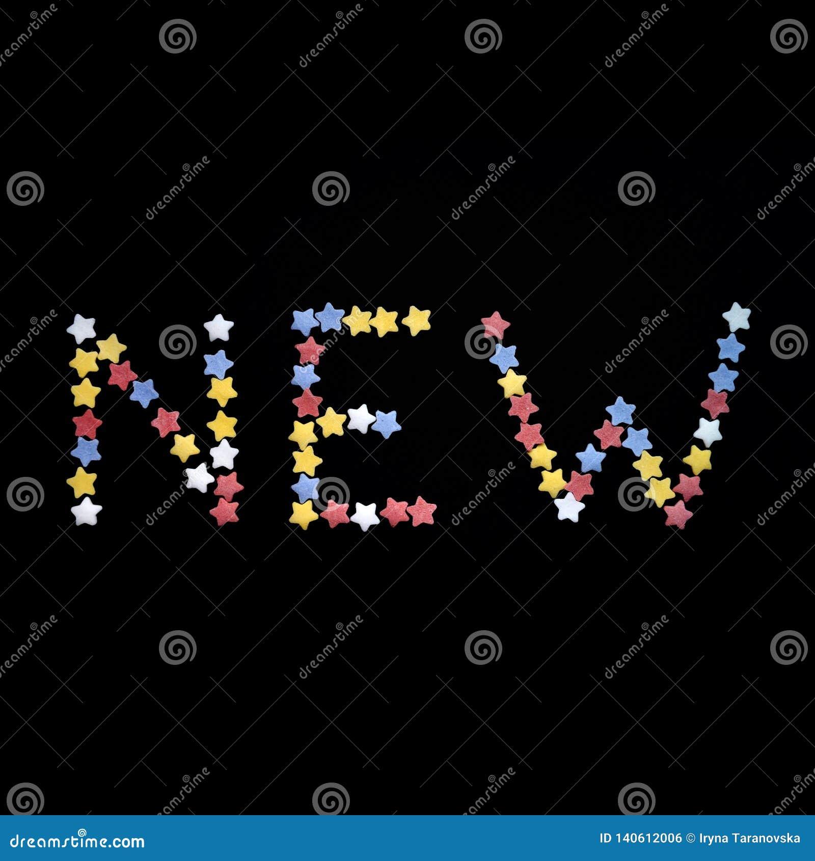 Het Nieuwe woord wordt geschreven in dik type van de sterren van het suikergebakje op een zwarte achtergrond, voor handel, verkoo