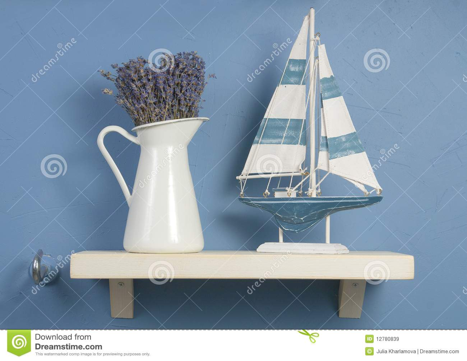 Het nog-leven met lavendel en zeilboot