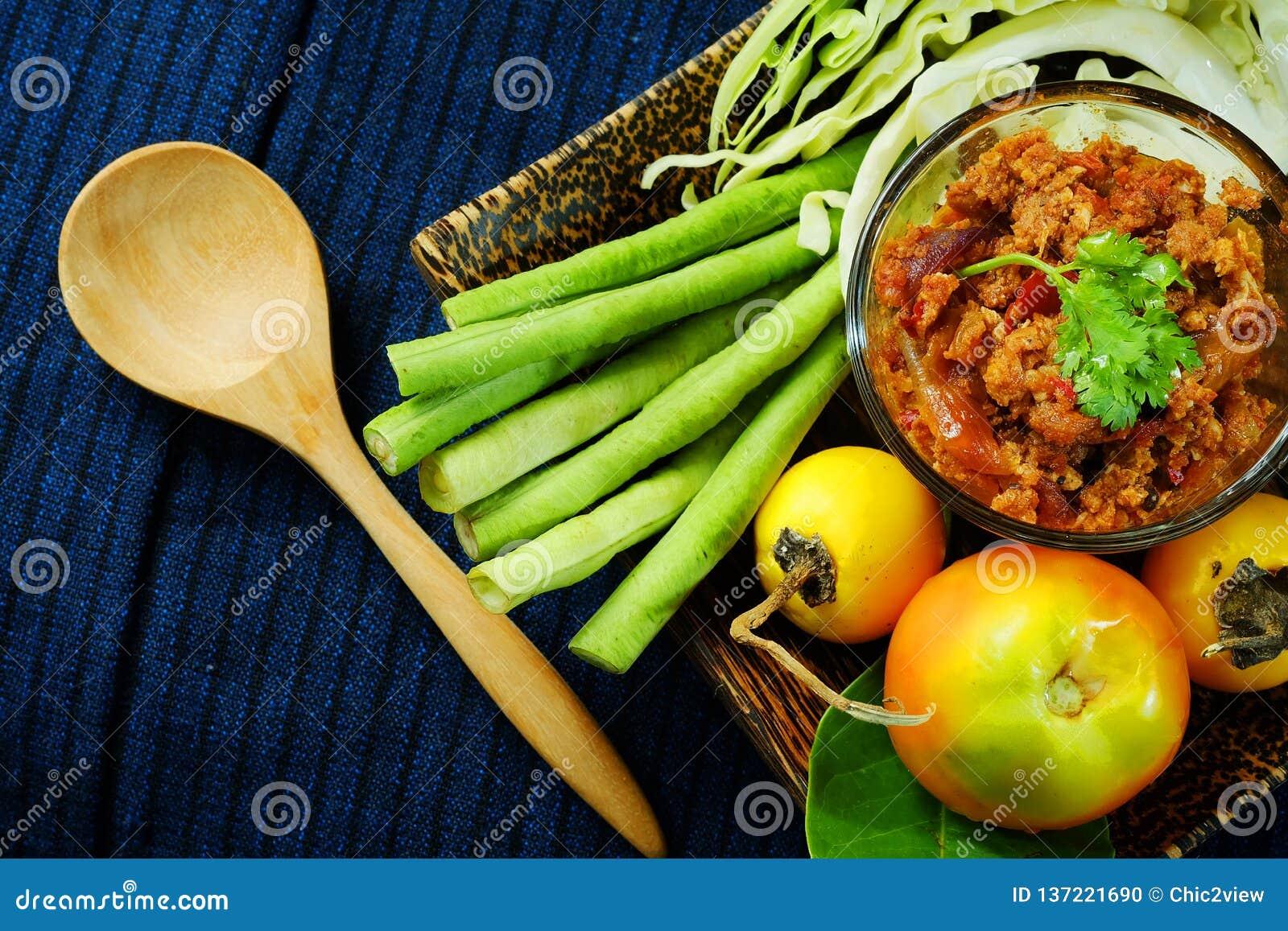 Het noordelijke Thaise Vlees en de Tomaat de Kruidige Onderdompeling of het Thaise Noordelijke Deeg van Stijlspaanse pepers verse