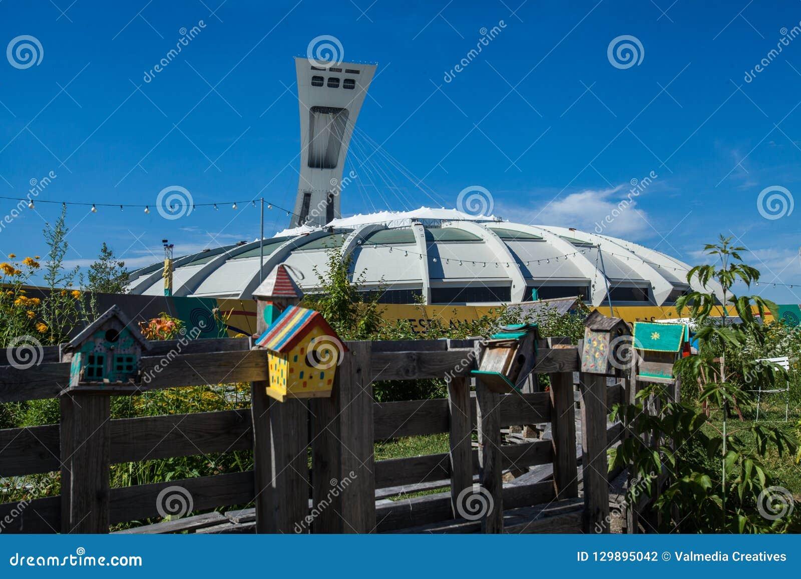 Het Olympische Stadion van Montreal zoals die van achter een houten bank wordt gezien