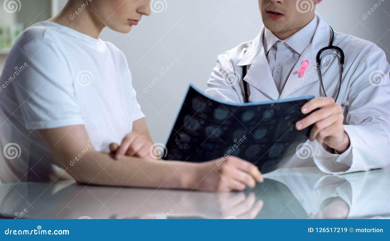 Het oncoloogoverleg, arts toont geduldig mammogram, de voorlichting van borstkanker