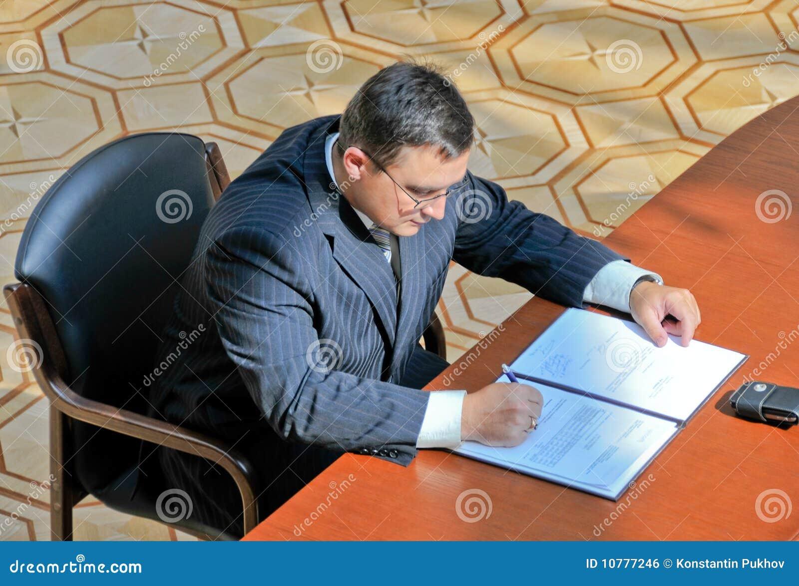 Het ondertekenen van het document