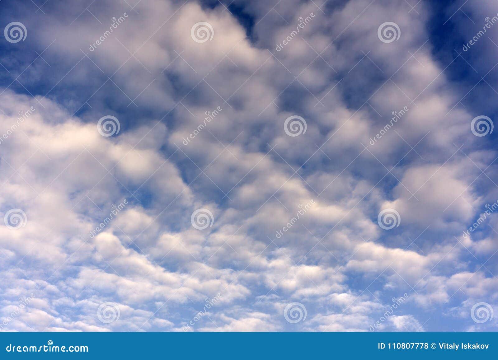 Het ongebruikelijke interesseren verdraaid om fkuffy wolk in de blauwe hemel