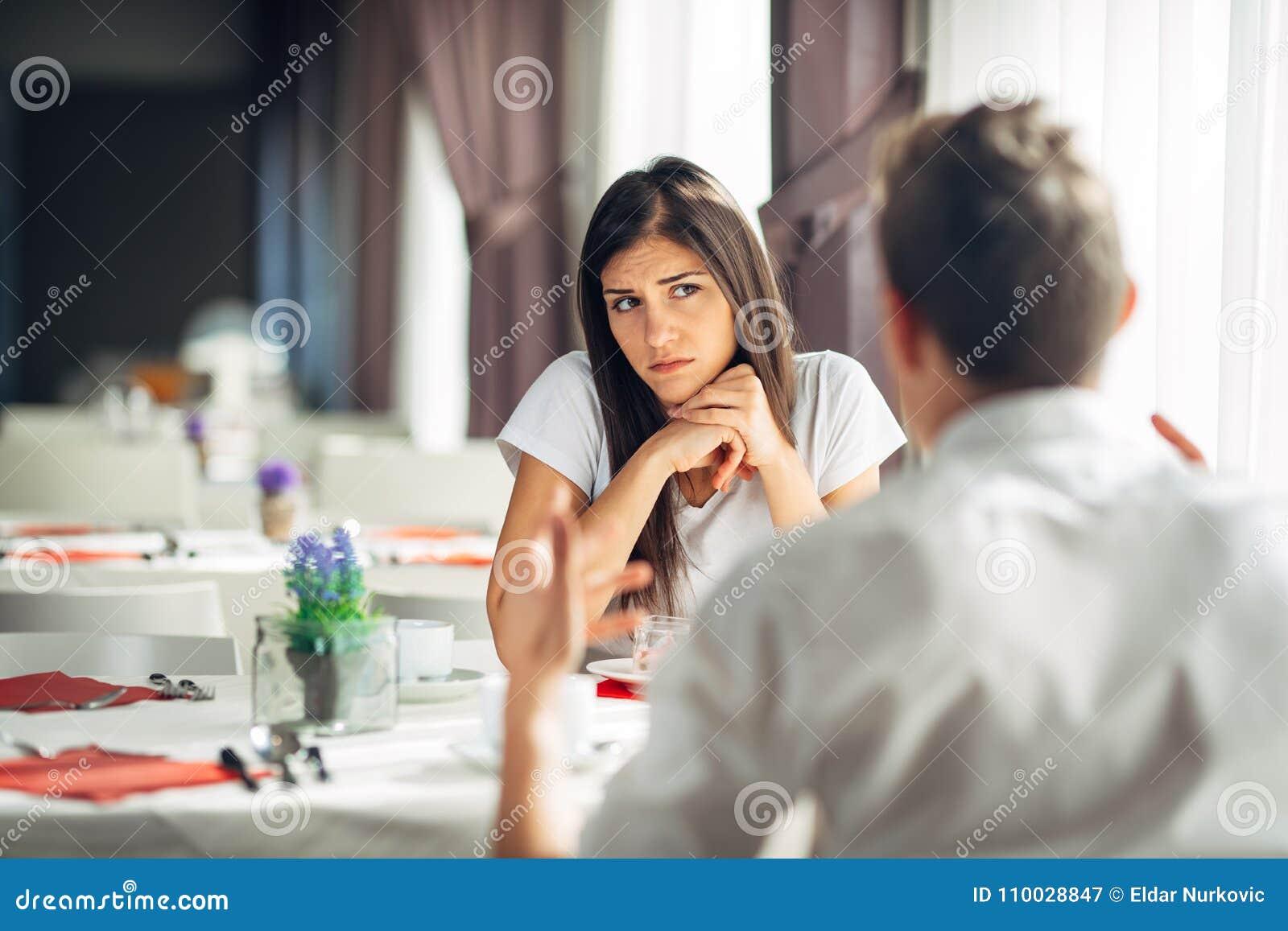 Het ongerust gemaakte vrouw betwijfelen Het boze wijfje veracht partnersacties, geageerde persoon die verhoudingsproblemen hebben