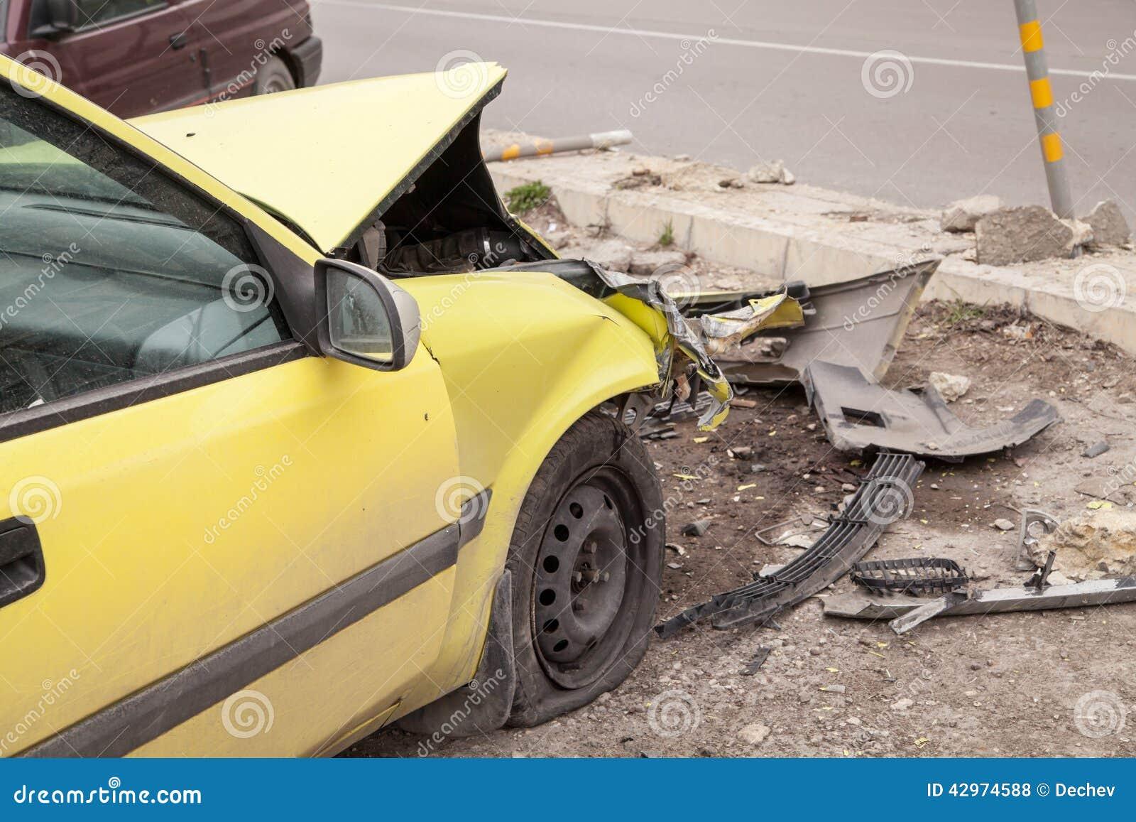 Het ongeval van het verkeer Gele verpletterde auto