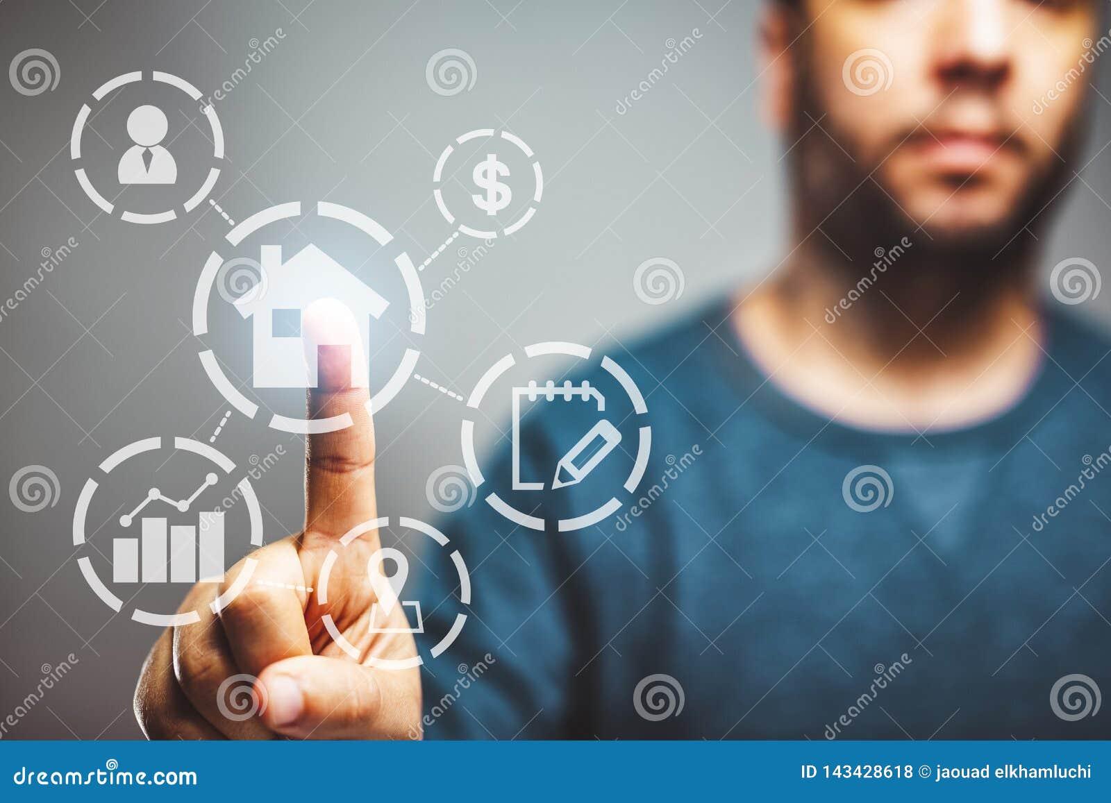 Het onroerende goederenconcept, eigenschapswaardediagram, met een mens op achtergrond wat betreft een knoop, koopt een huis