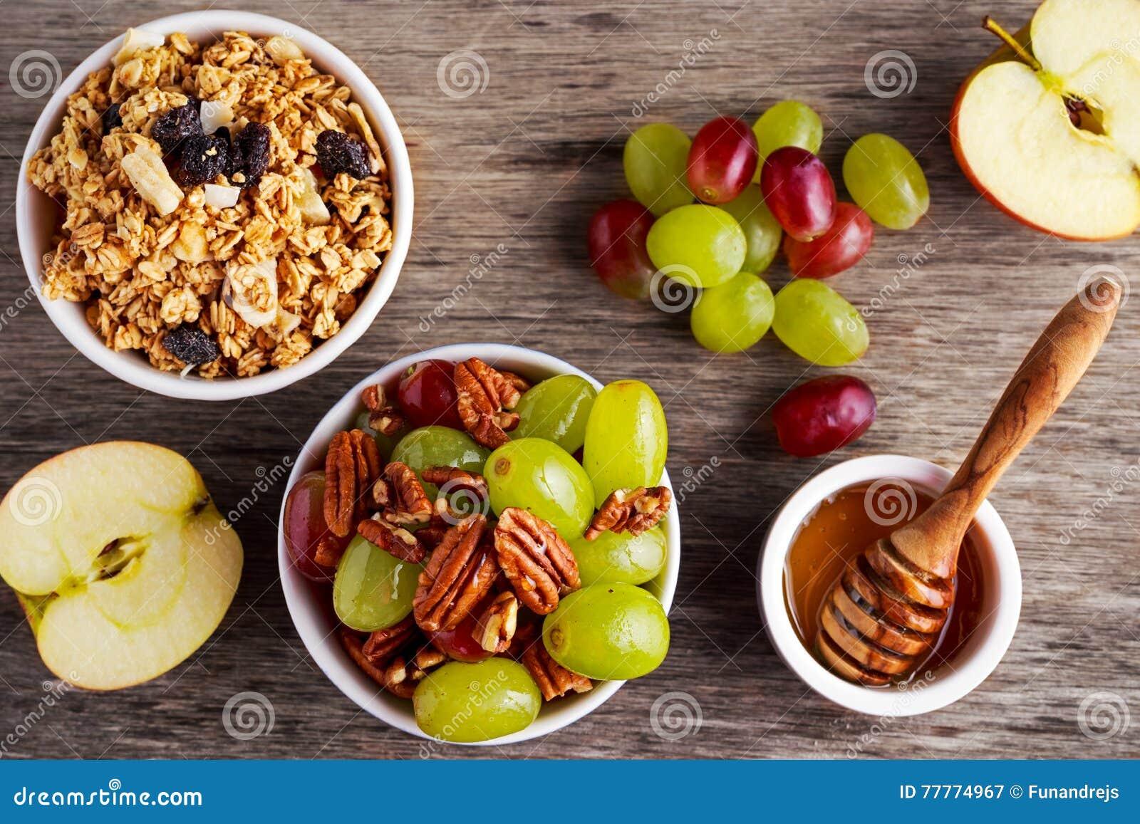 Het ontbijt prep met geroosterde haver groepeert zich, de sappige rozijnen, banaan en ananasbrokkennoot van de druivenpecannoot