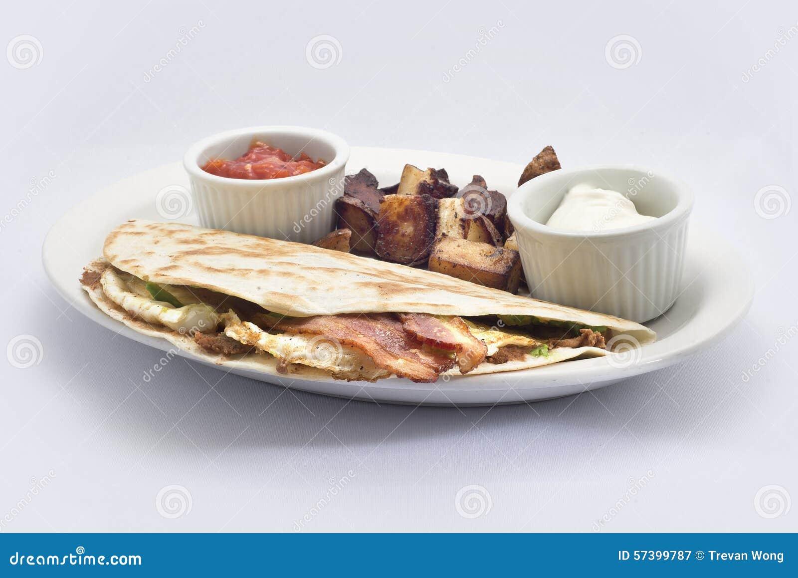 Het ontbijtomslag van het baconei met salsazure room