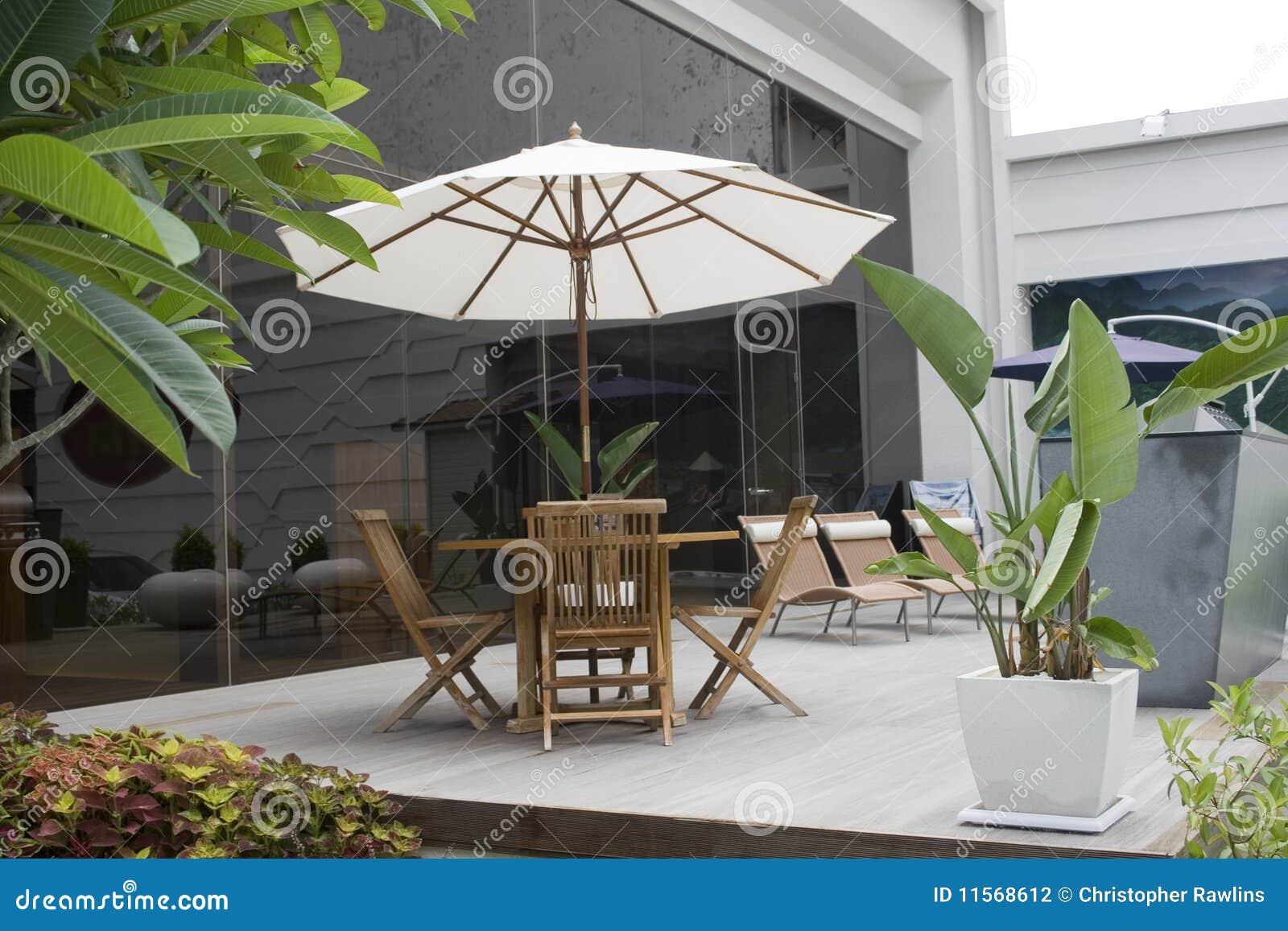 Het ontspannen buiten op een terras stock foto afbeelding