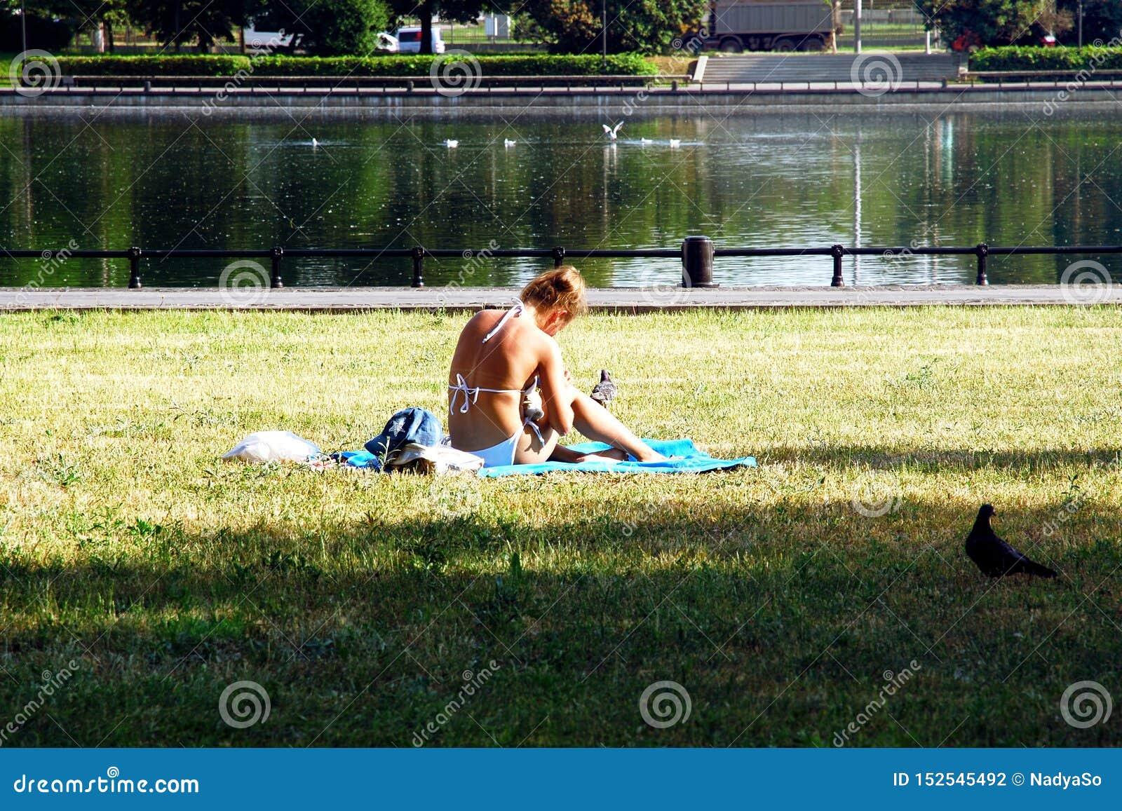 Het ontspannen op hete de zomerdag in de stad door het water