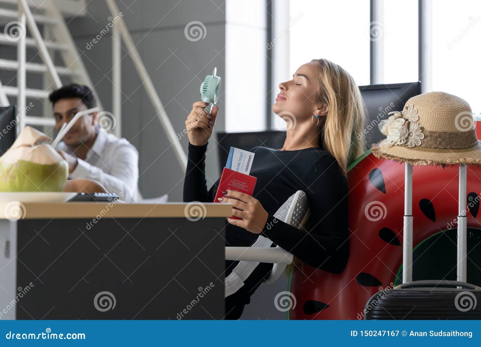 Het ontspannen paspoort van de bedrijfsvrouwenholding in werkplaats van bureau Het concept van de zomervakanties