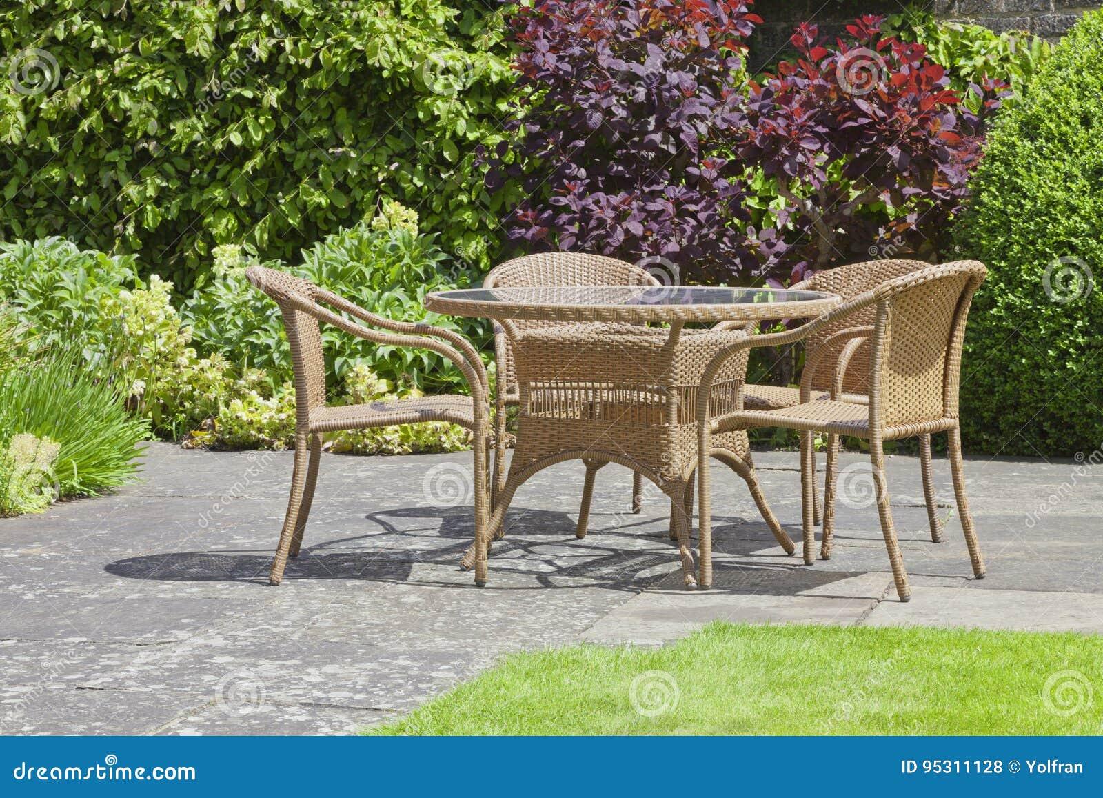 Rieten Ronde Tafel.Het Ontspannen Terras Rieten Stoelen Rondetafel In Een Tuin Van De