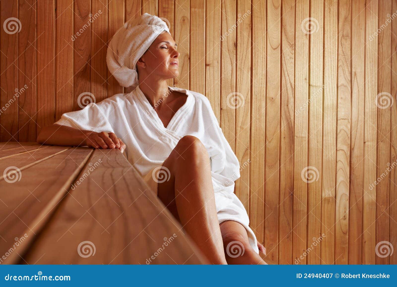 Het ontspannen van de bejaarde in sauna