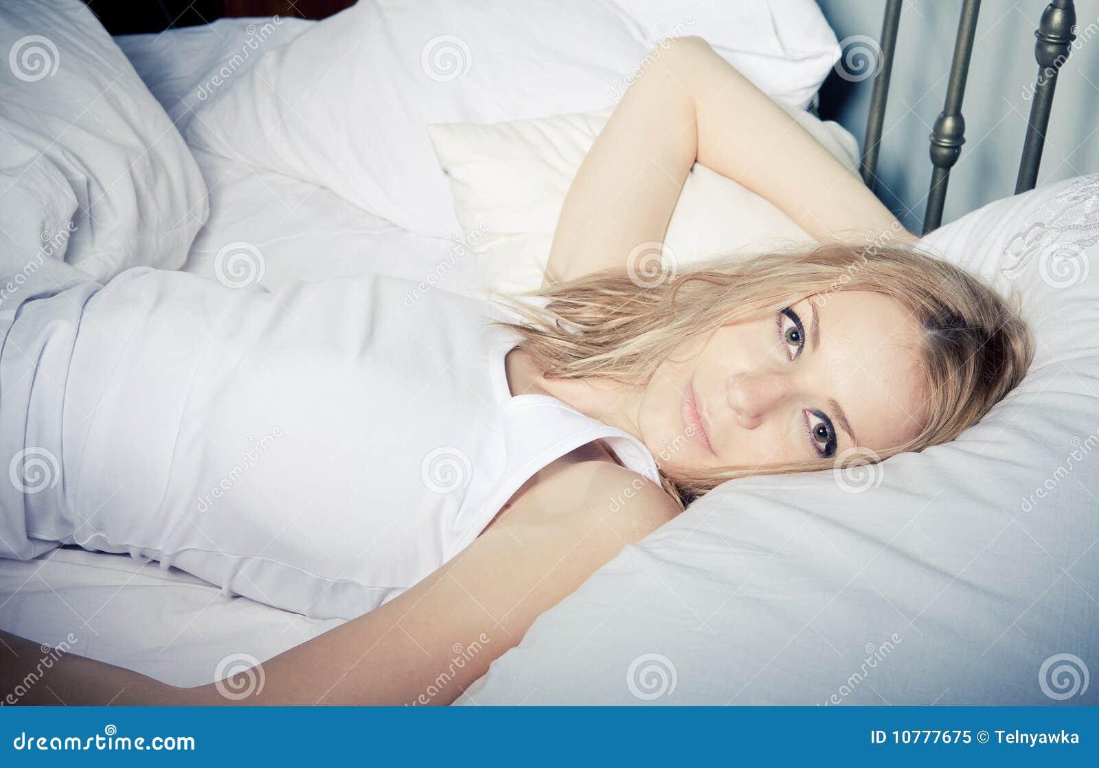 Het ontspannen van de dame in de slaapkamer