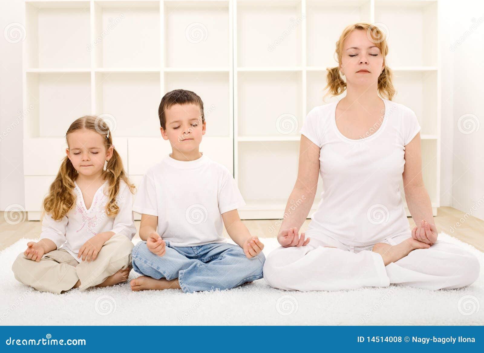 Het ontspannen van de familie met yoga