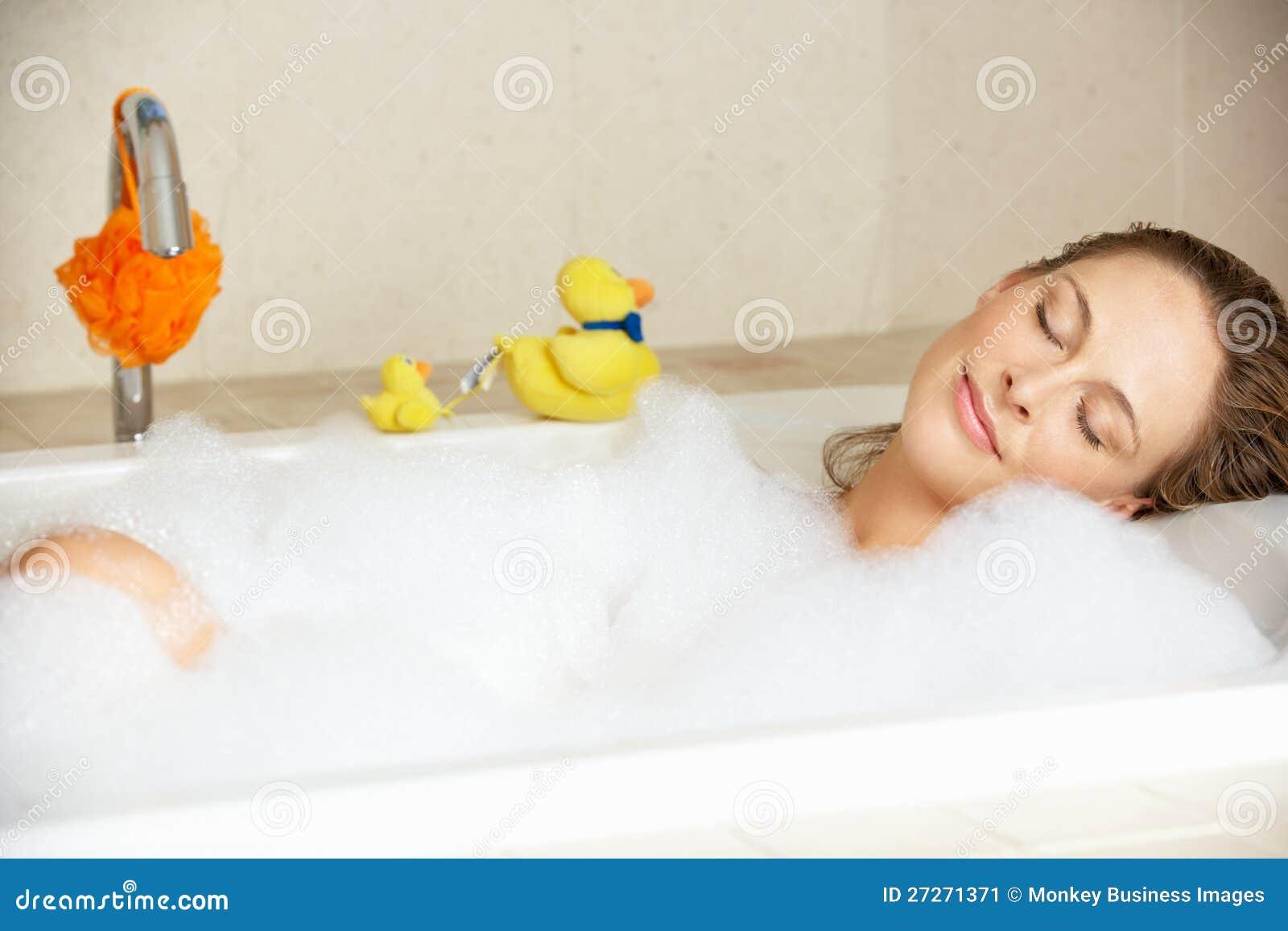 Het Ontspannen van de vrouw in Bel Gevuld Bad