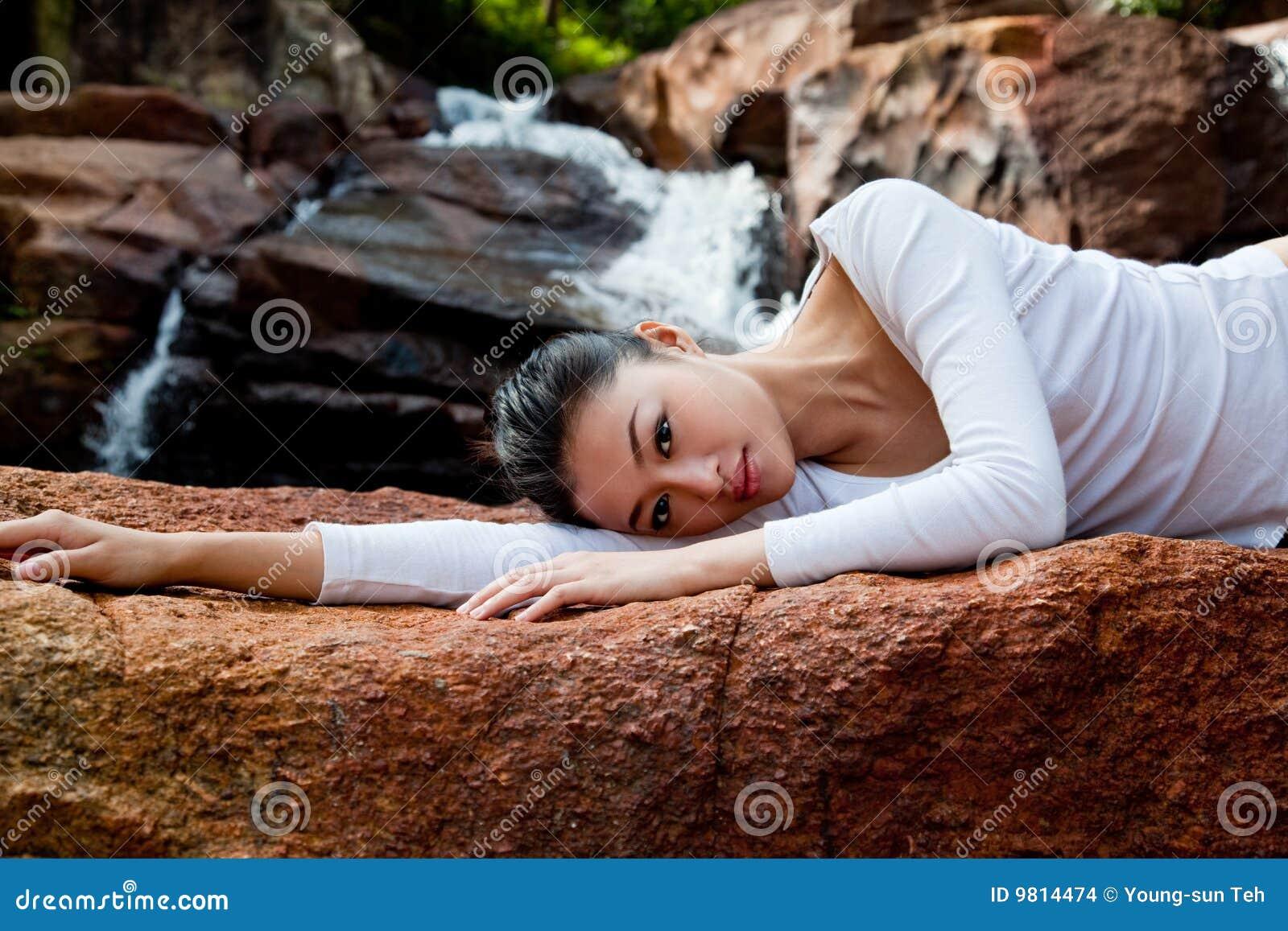 Het ontspannen van de vrouw bij openlucht
