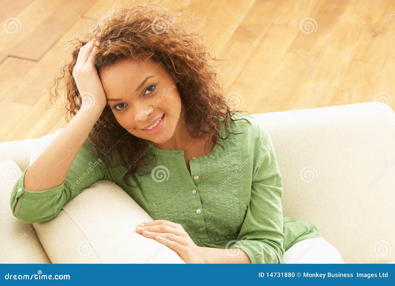Het ontspannen van de vrouw op bank thuis stock foto afbeelding 14731880 - Bank thuis van de wereld ...