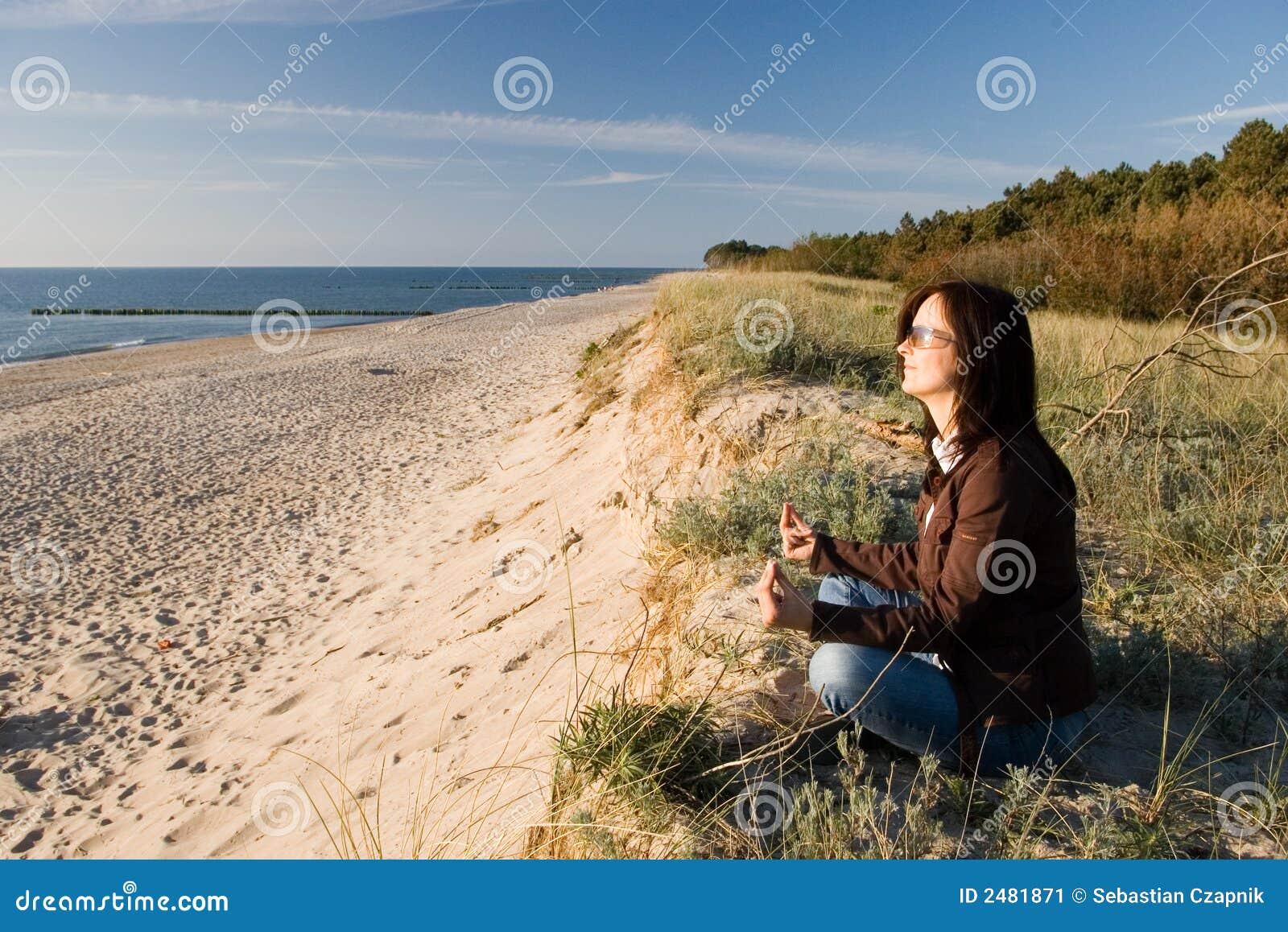 Het ontspannen van de vrouw op strand