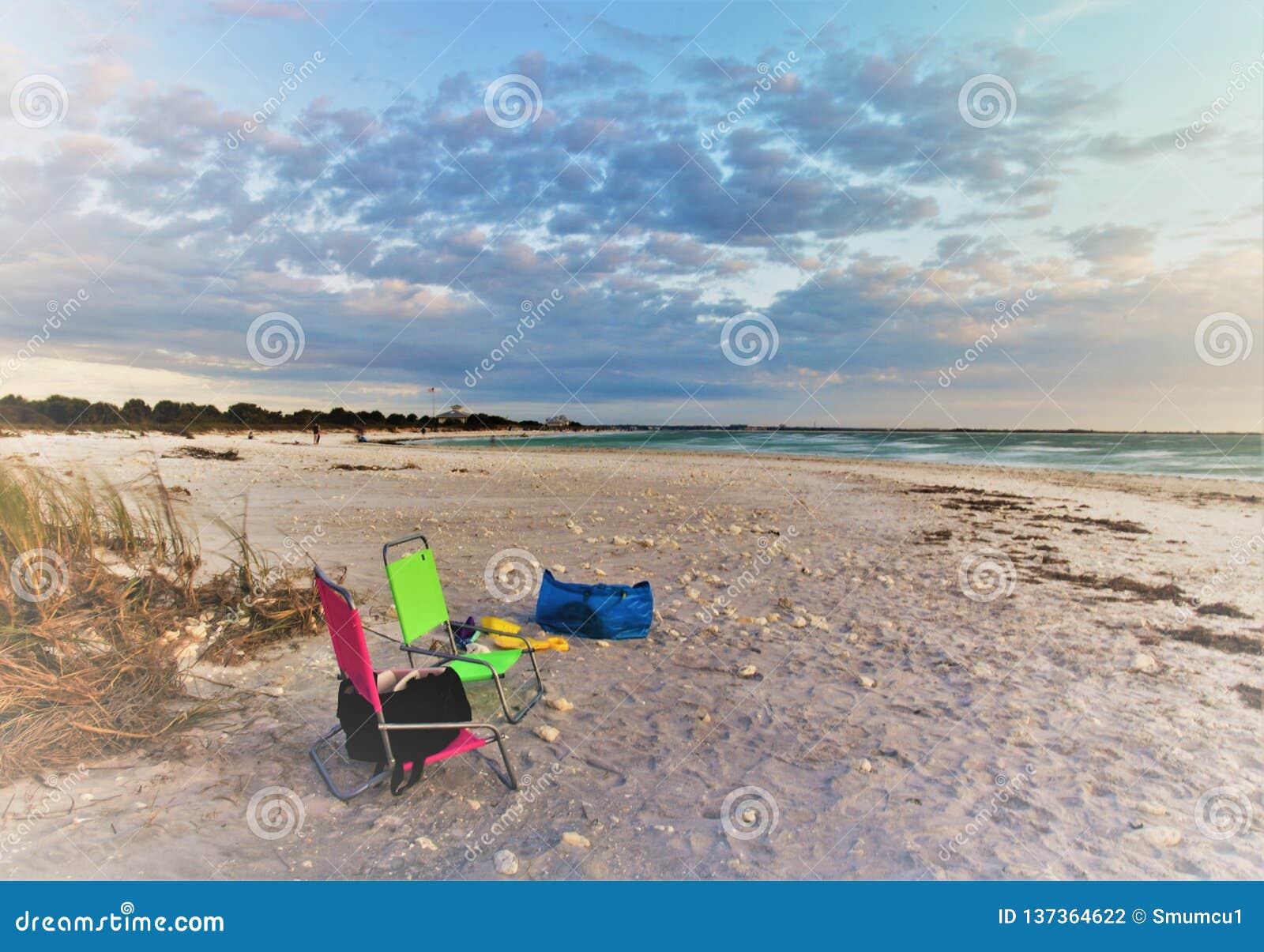 Het ontspannen van en het nemen van foto s in Wittebroodswekeneiland Florida