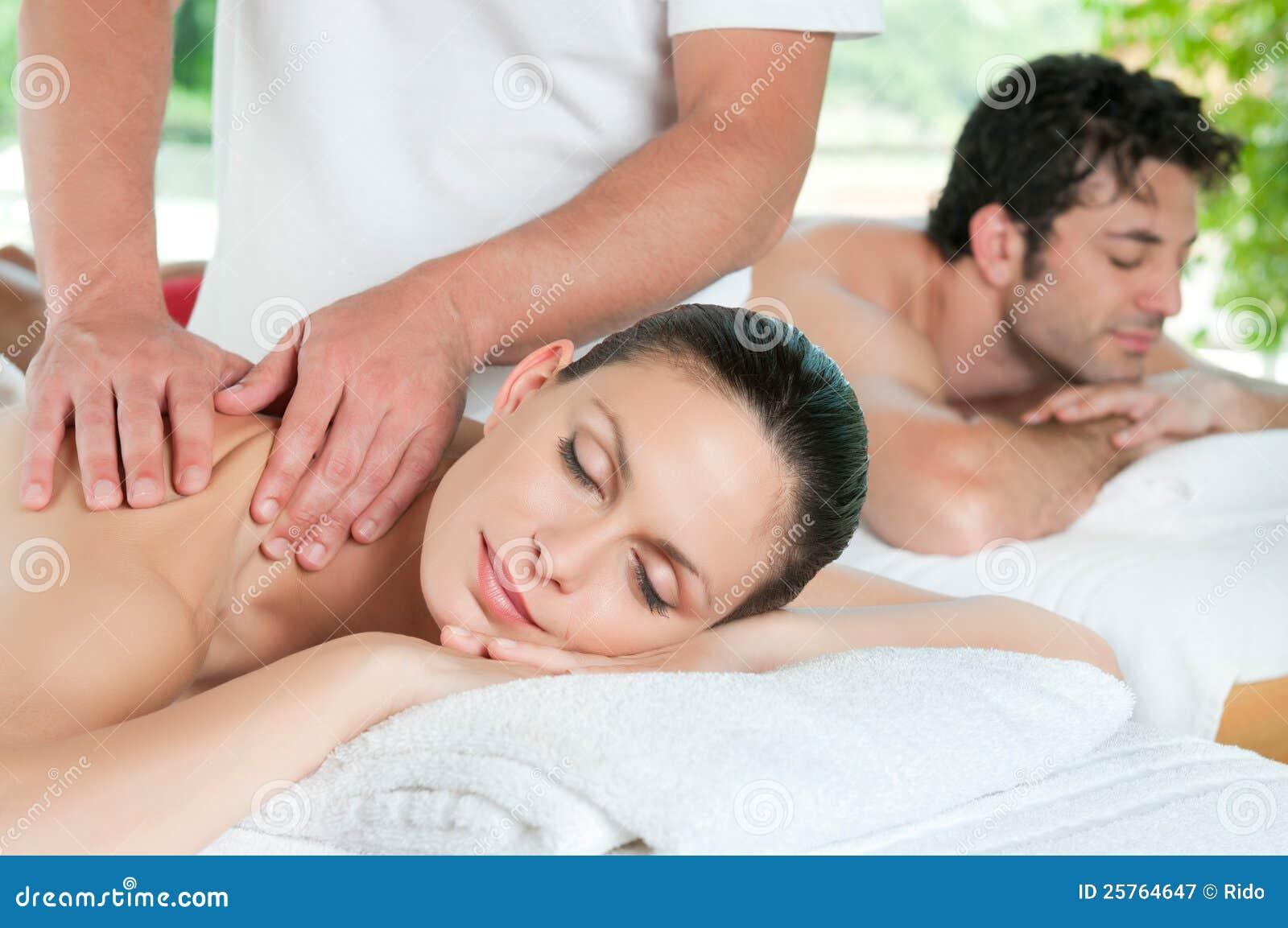 Het ontspannen van het paar met massage