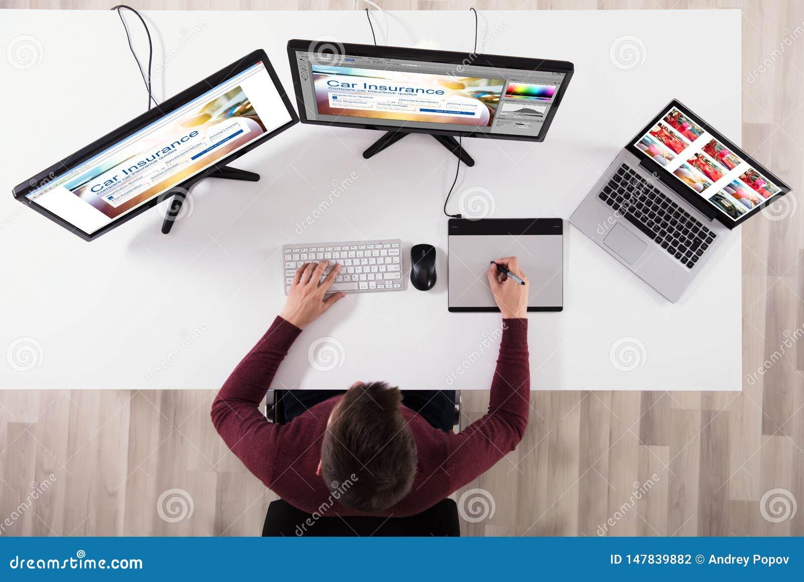 Het Ontwerp van ontwerpermaking web page op Computer die Grafische Tablet gebruiken