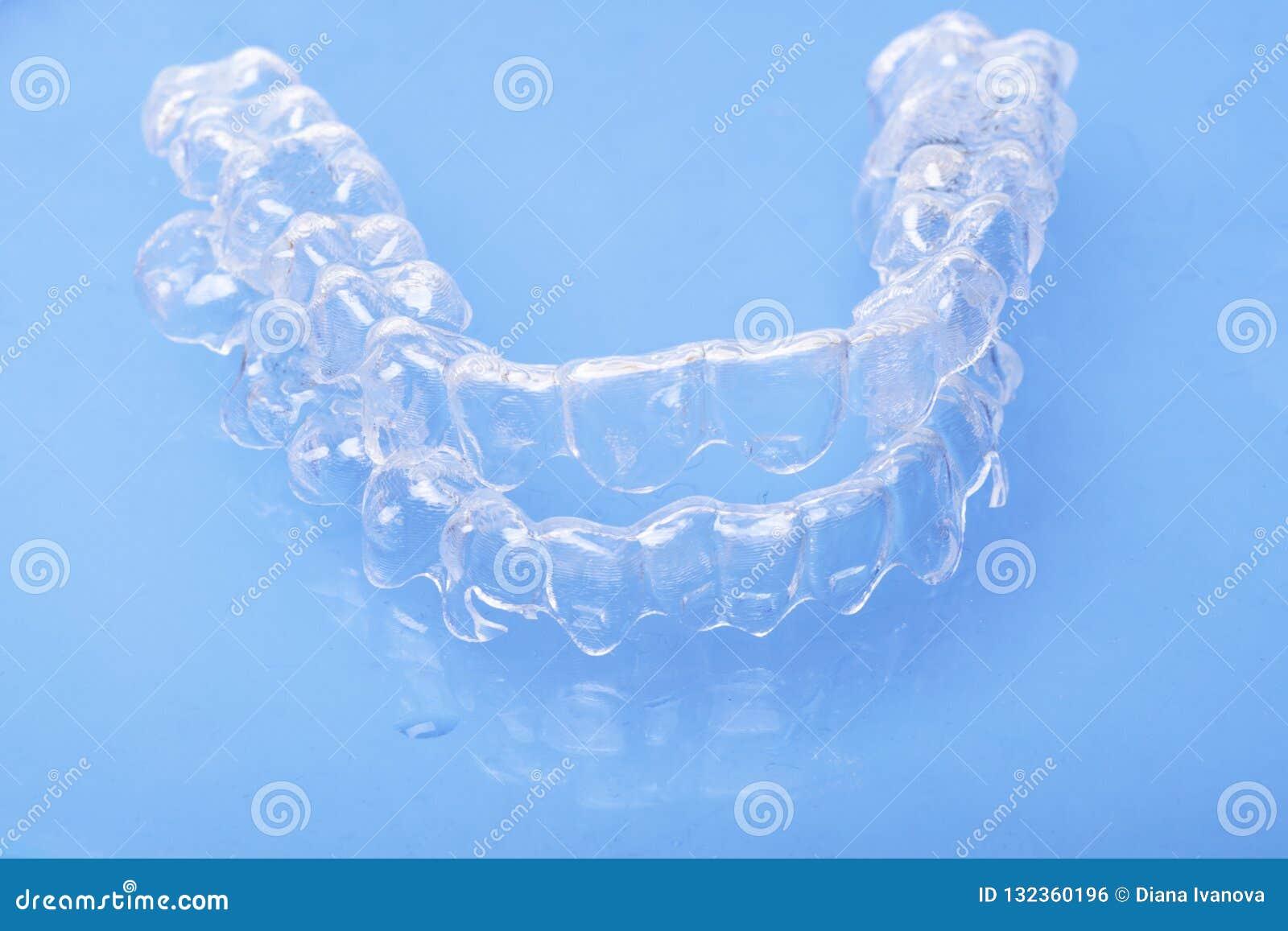 Het onzichtbare tand de tandaligners van tandensteunen plastiek bindt tandheelkundepallen vast om tanden recht te maken