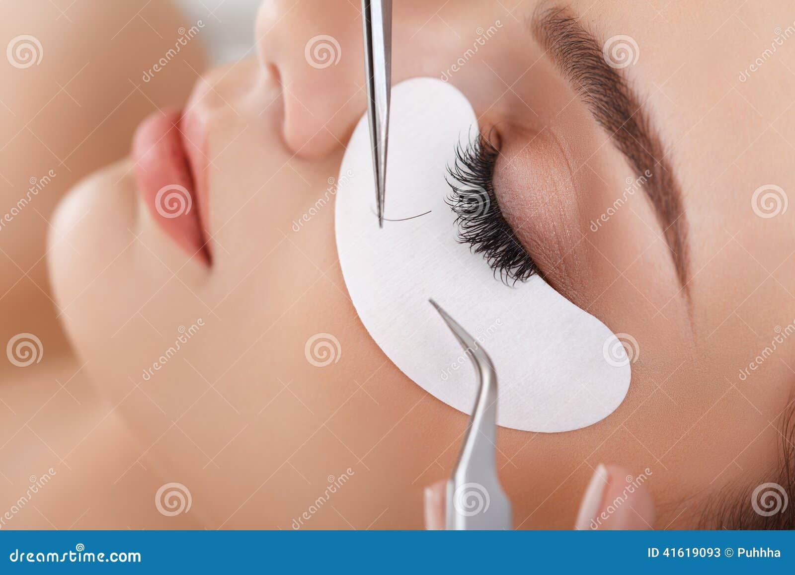 Het oog van de vrouw met lange wimpers Wimperuitbreiding