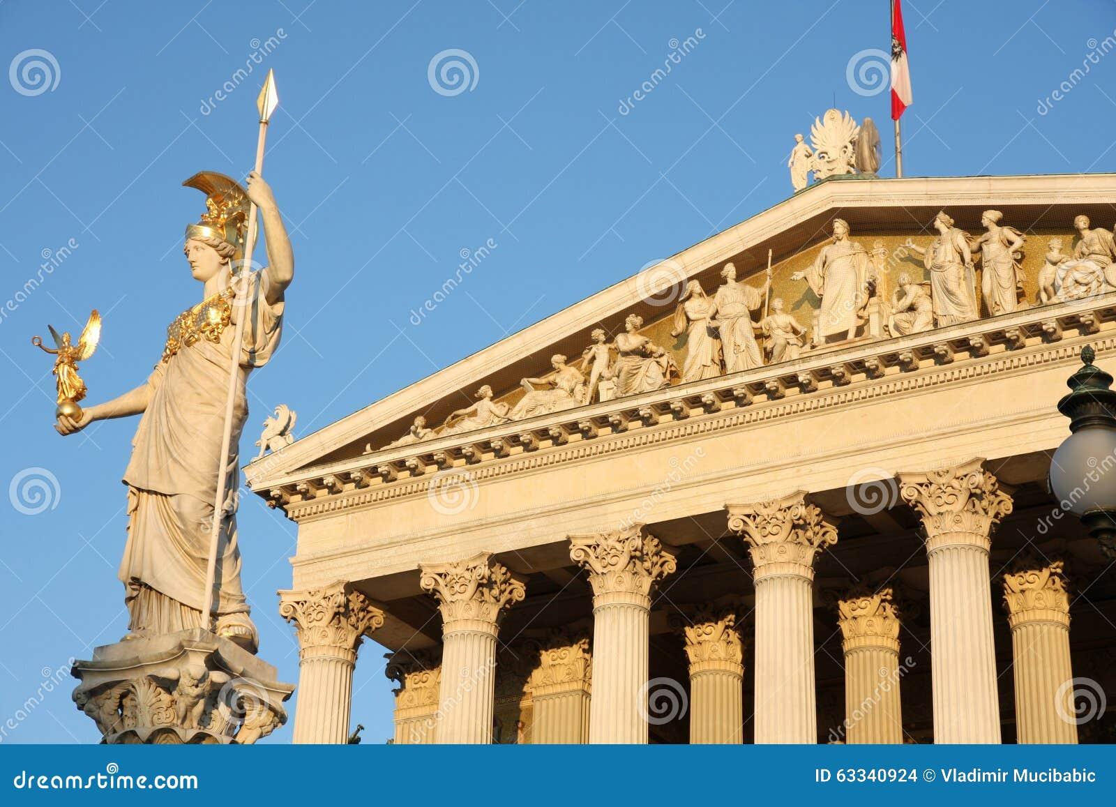Het oostenrijkse parlement en het standbeeld van pallas athena in wenen a stock foto - Het upgraden van m ...