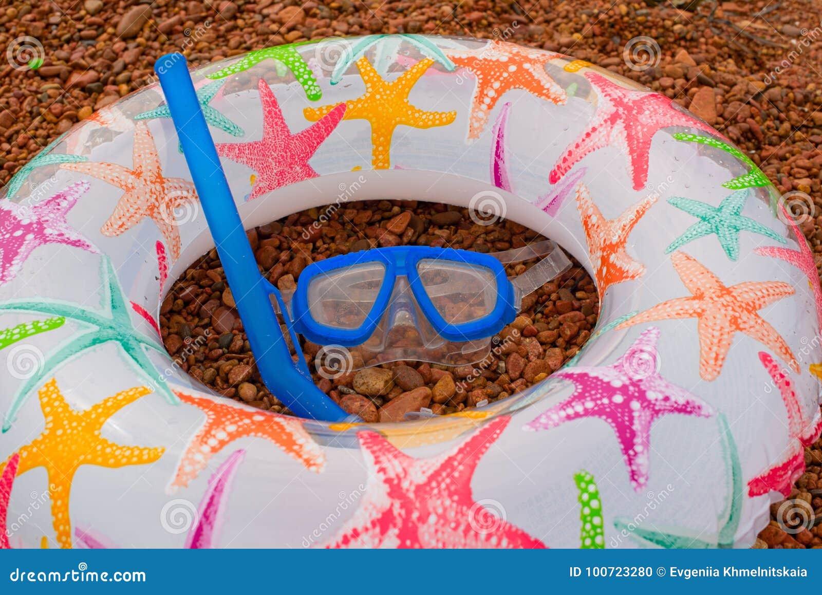 Het opblaasbare Onderwatermasker van Sandals van de babycirkel snorkelt, ligt op het strand