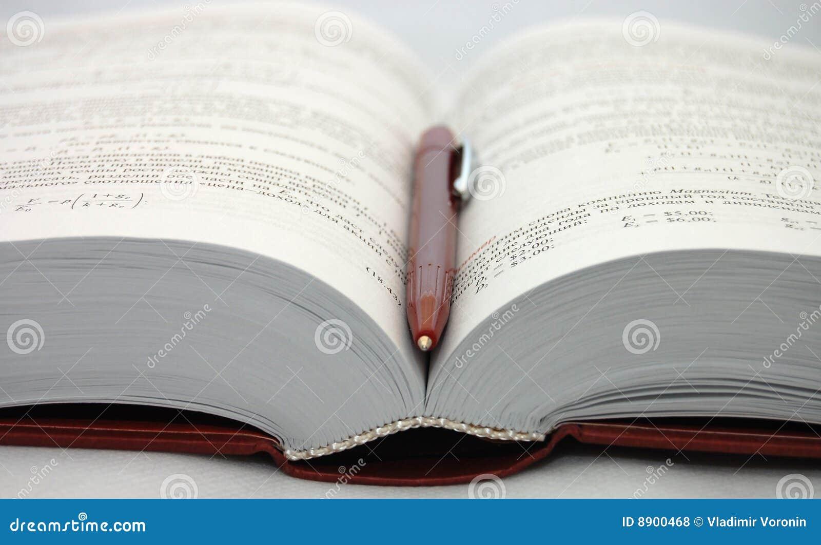 Het open handboek met pen