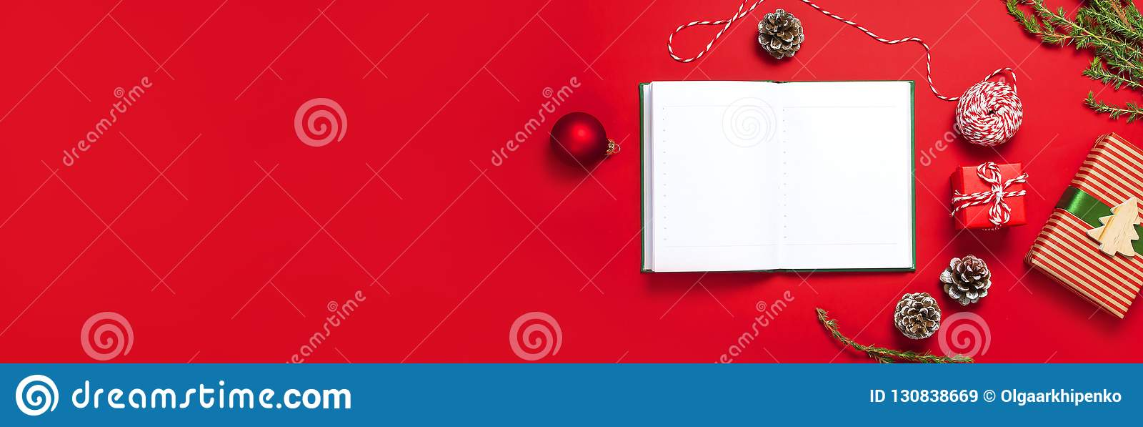 Het open notitieboekje met blanco pagina s, giftvakjes, spartakken, bal op rode vlakte als achtergrond legt hoogste mening HOL va