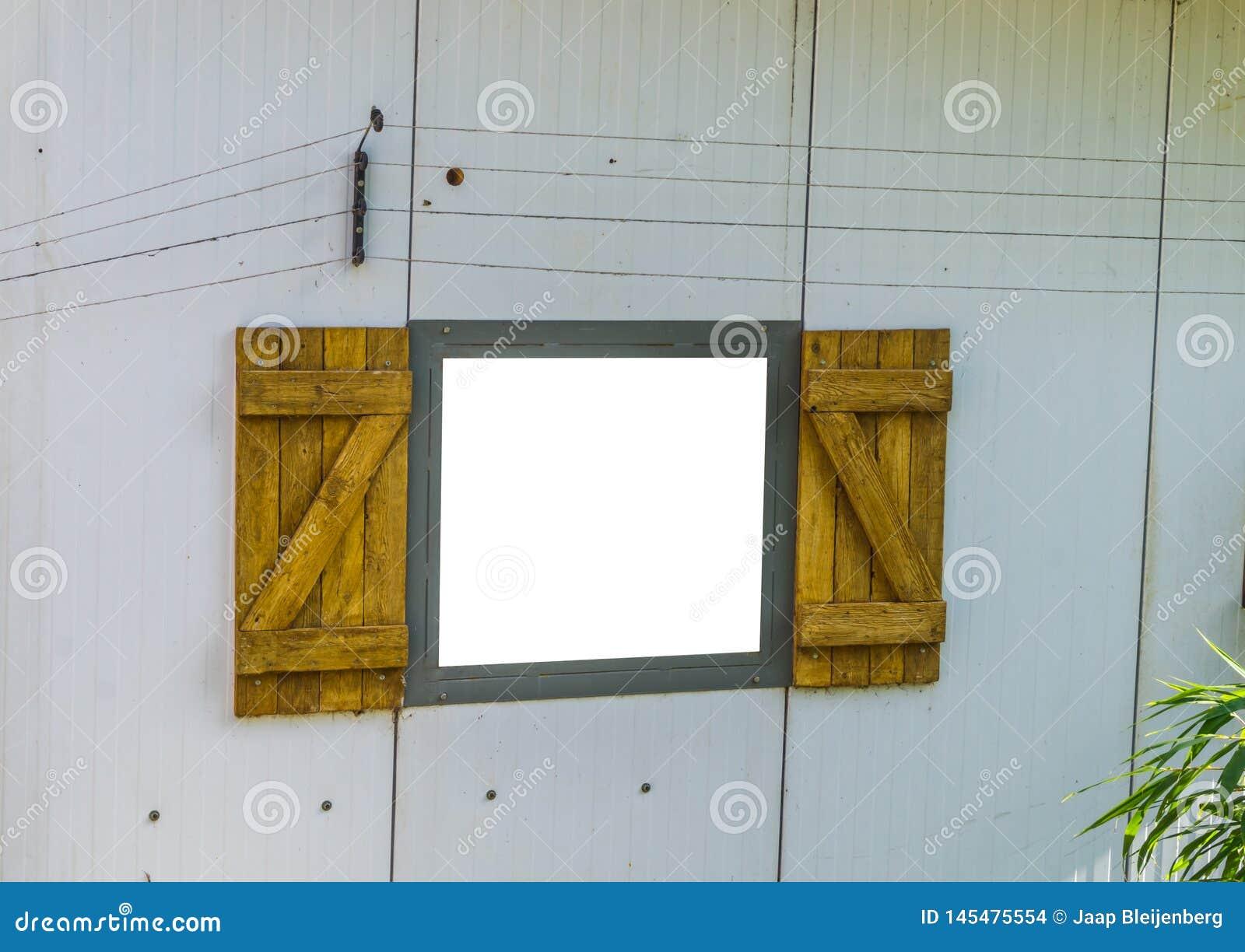 Het open raamkozijn verwijderde en isoleerde met wit, klassiek venster met houten blinden