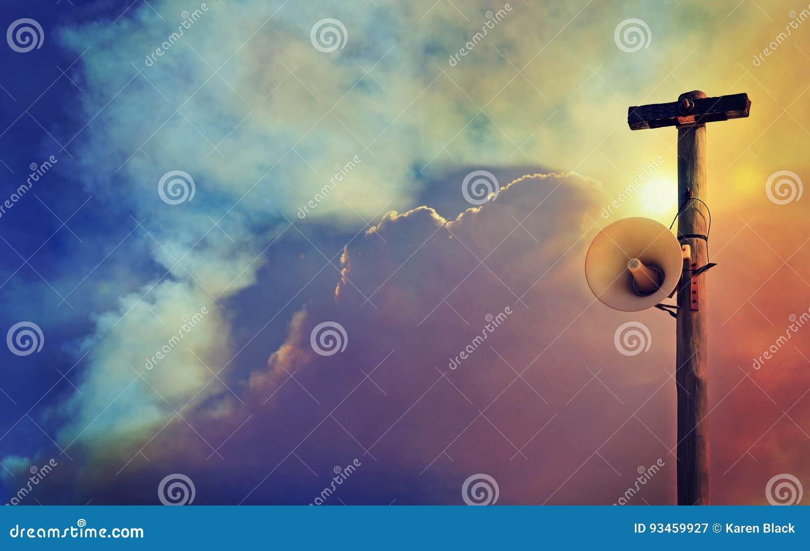 Het openbare systeem van de luidsprekerswaarschuwing tegen rook gevulde hemel