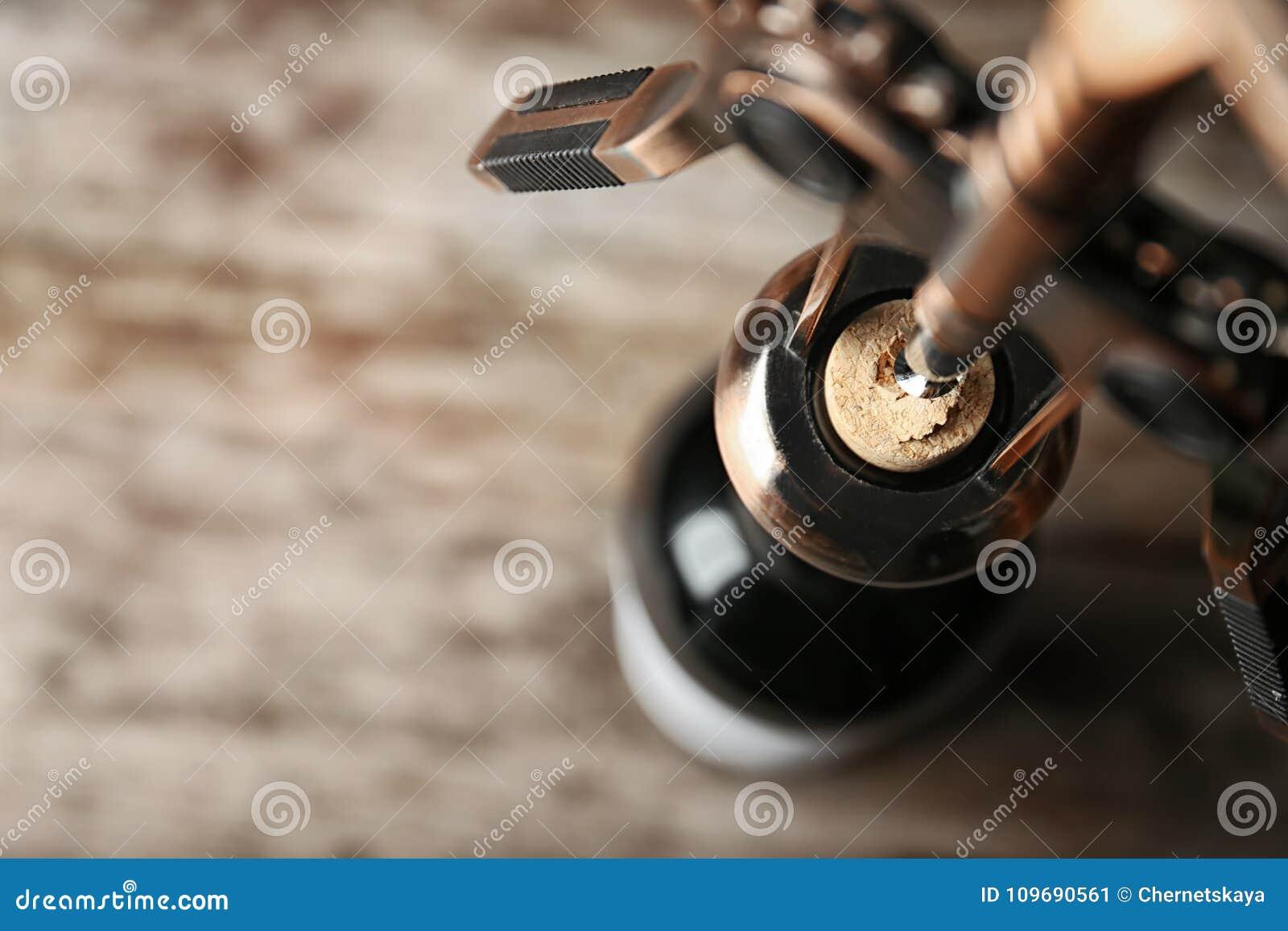 Het openen van fles wijn met kurketrekker,
