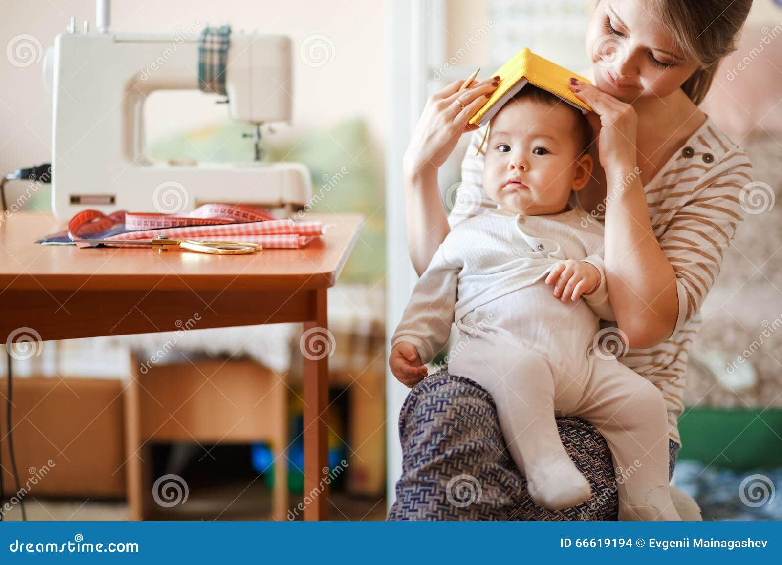 Het opheffen van kinderen, kinderverzorging, babysitter Moeder en zuigeling die thuis rol-spelende spelen spelen Leuk pretoudersc